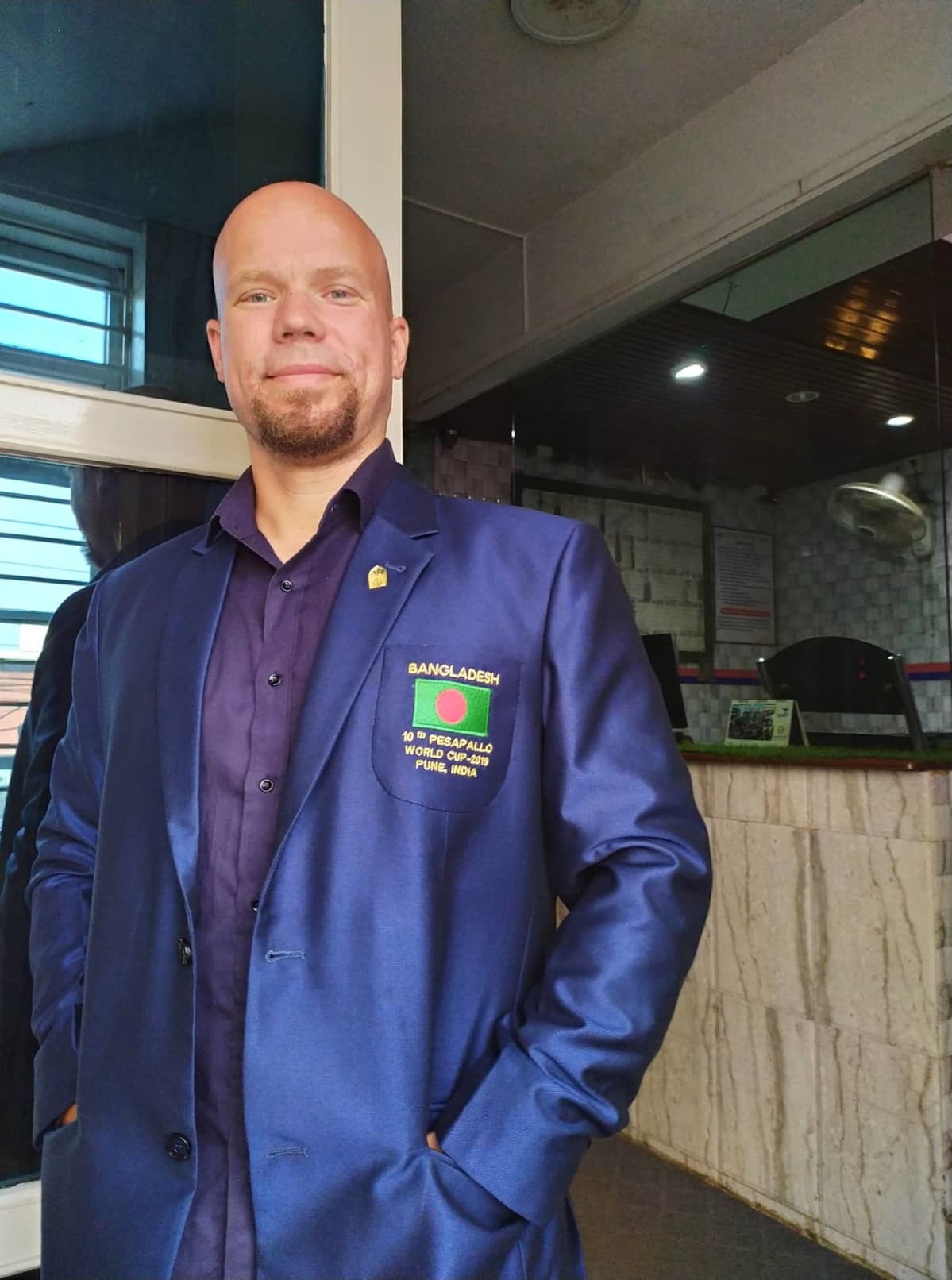 Pesäpallovalmentaja Mikko Pirhonen Bangladeshissa.