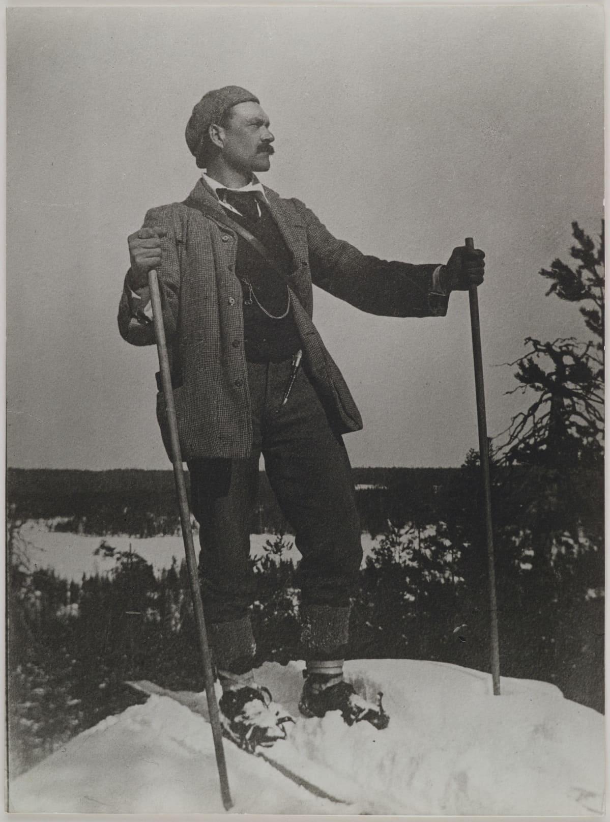 Akseli Gallen-Kallela hiihtoretkellä vuonna 1906.