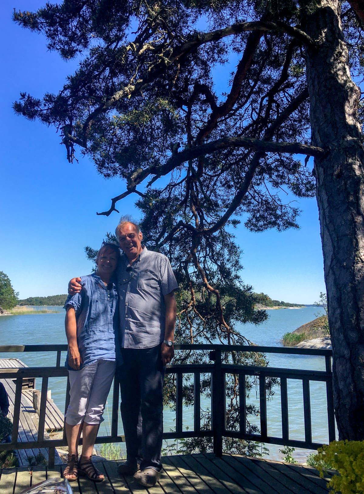 Pentti ja Mirja Hannula Suomen ihastuttavimman puun juurella.