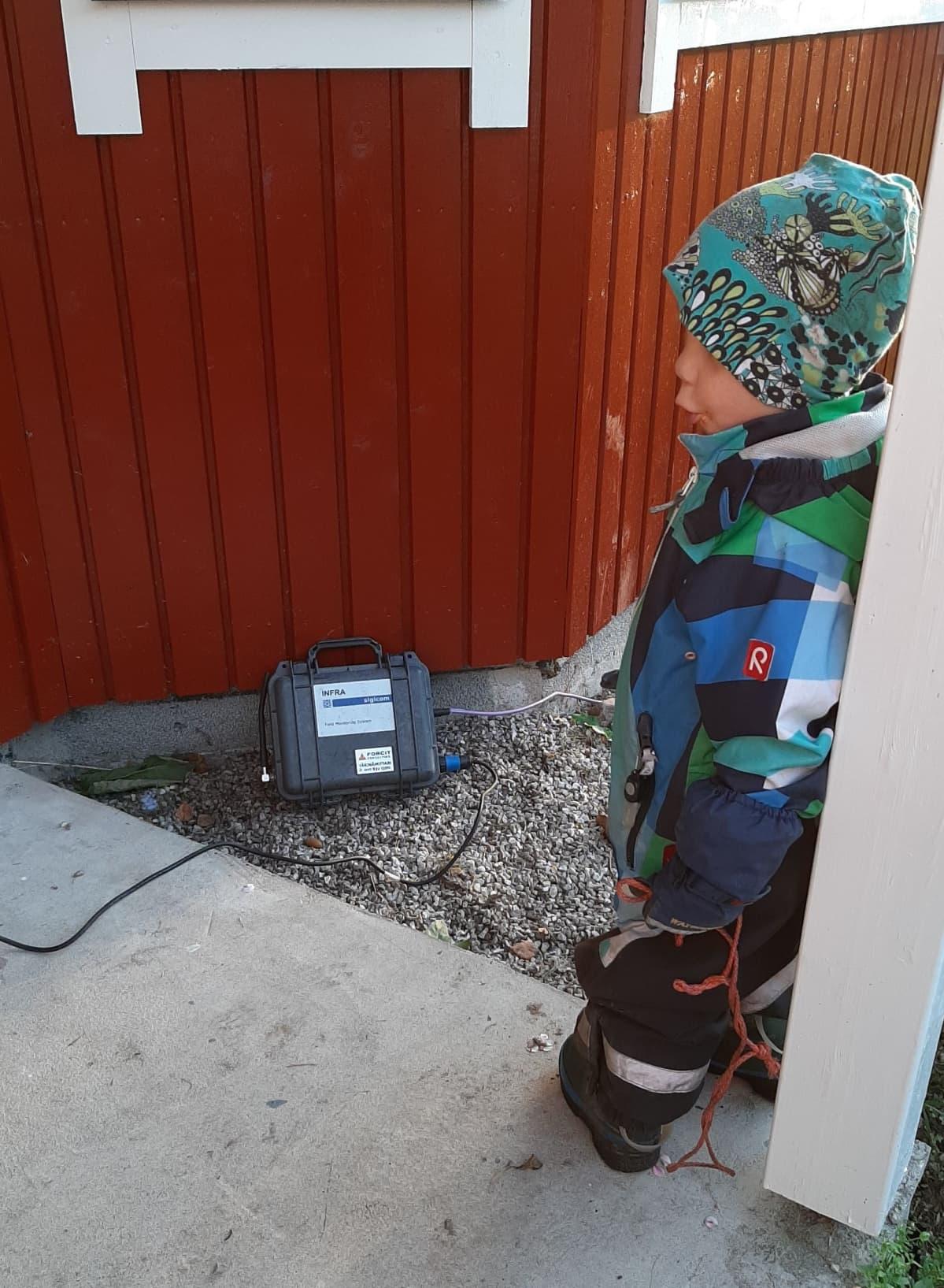Teemu Kauppila tarkkaili innokkaasti tärinämittausta, joka tehtiin Kauppiloiden talossa loka-marraskuussa.