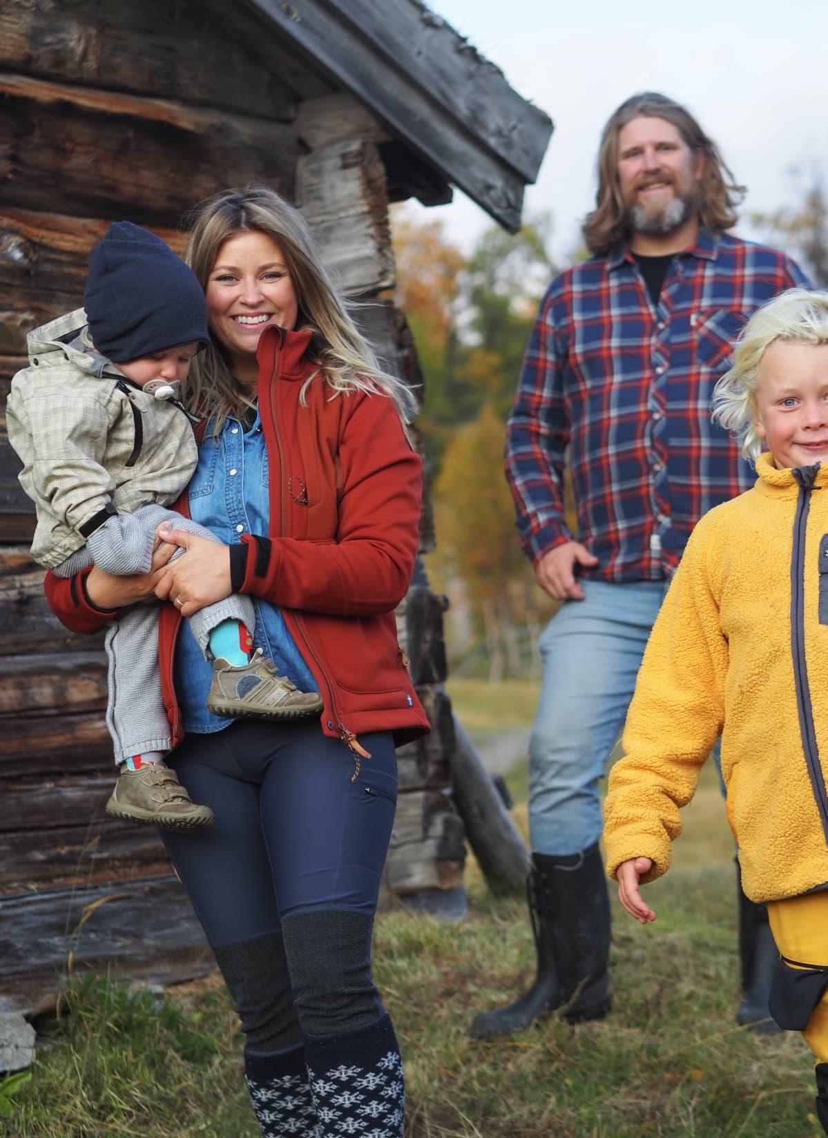 Malena Björndahl perheensä kanssa ulkoilemassa