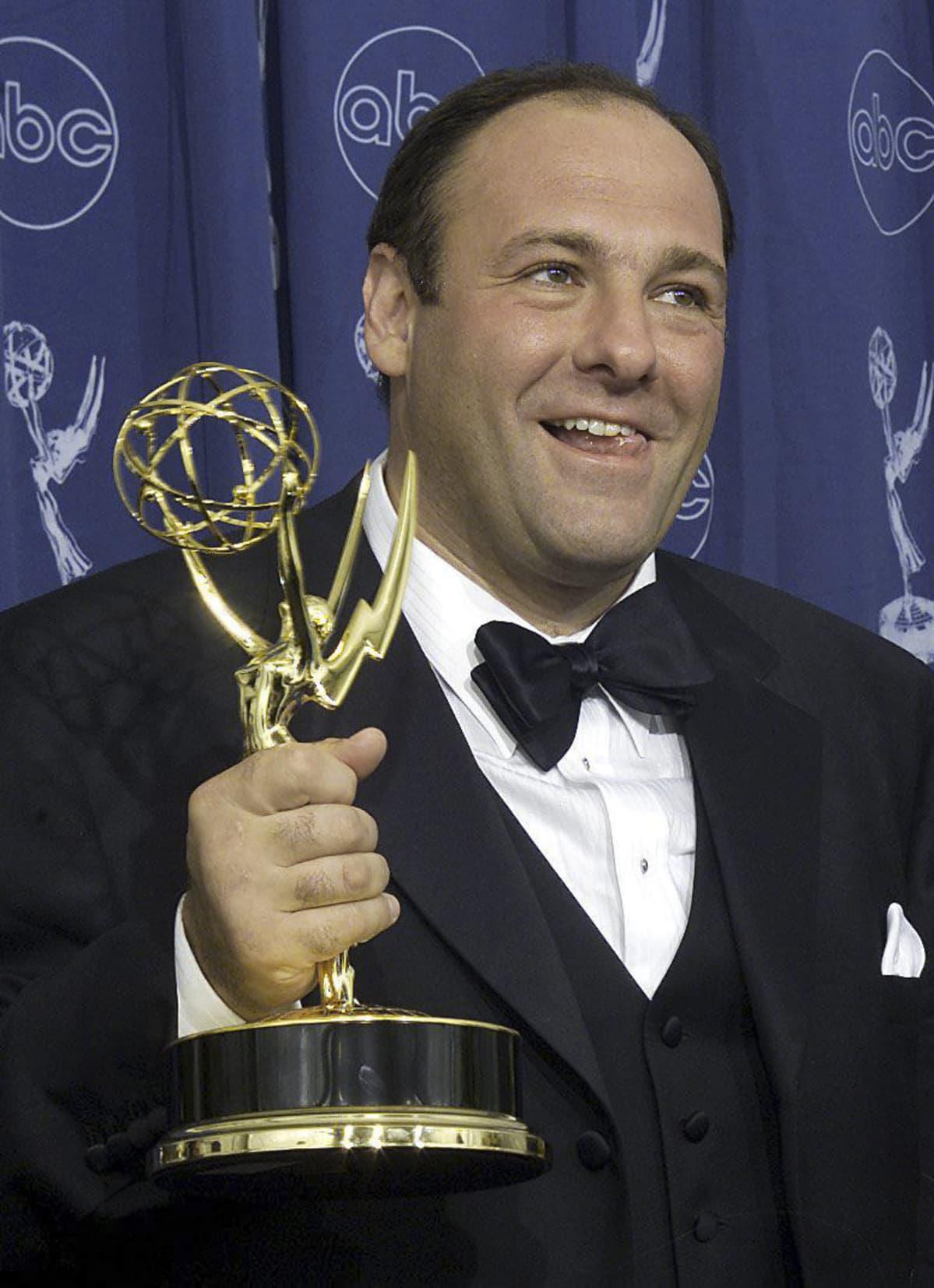 James Gandolfini pitelee Emmy-patsasta kädessään.