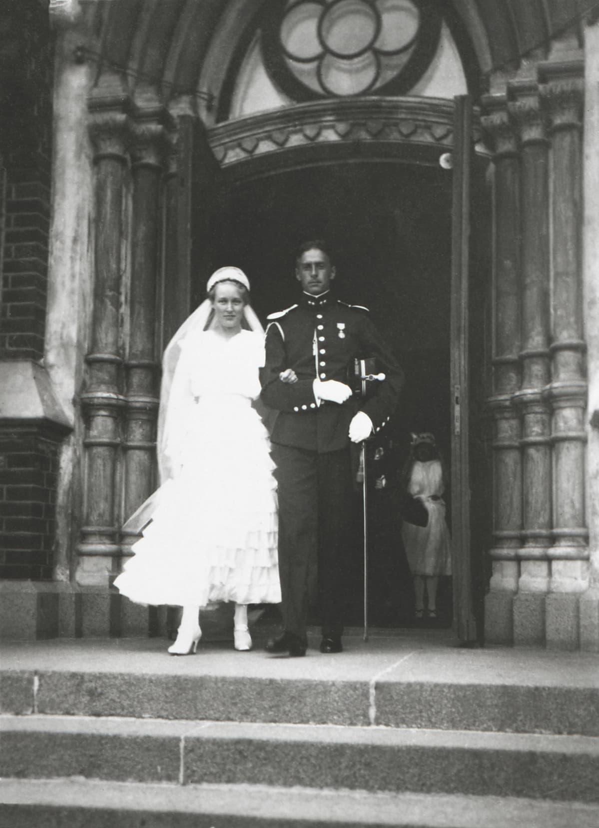 Hääpari Nikolai Østgaard ja Ragni Gullichsen Kotkan evankelisluterilaisen kirkon portailla 22.7.1916.