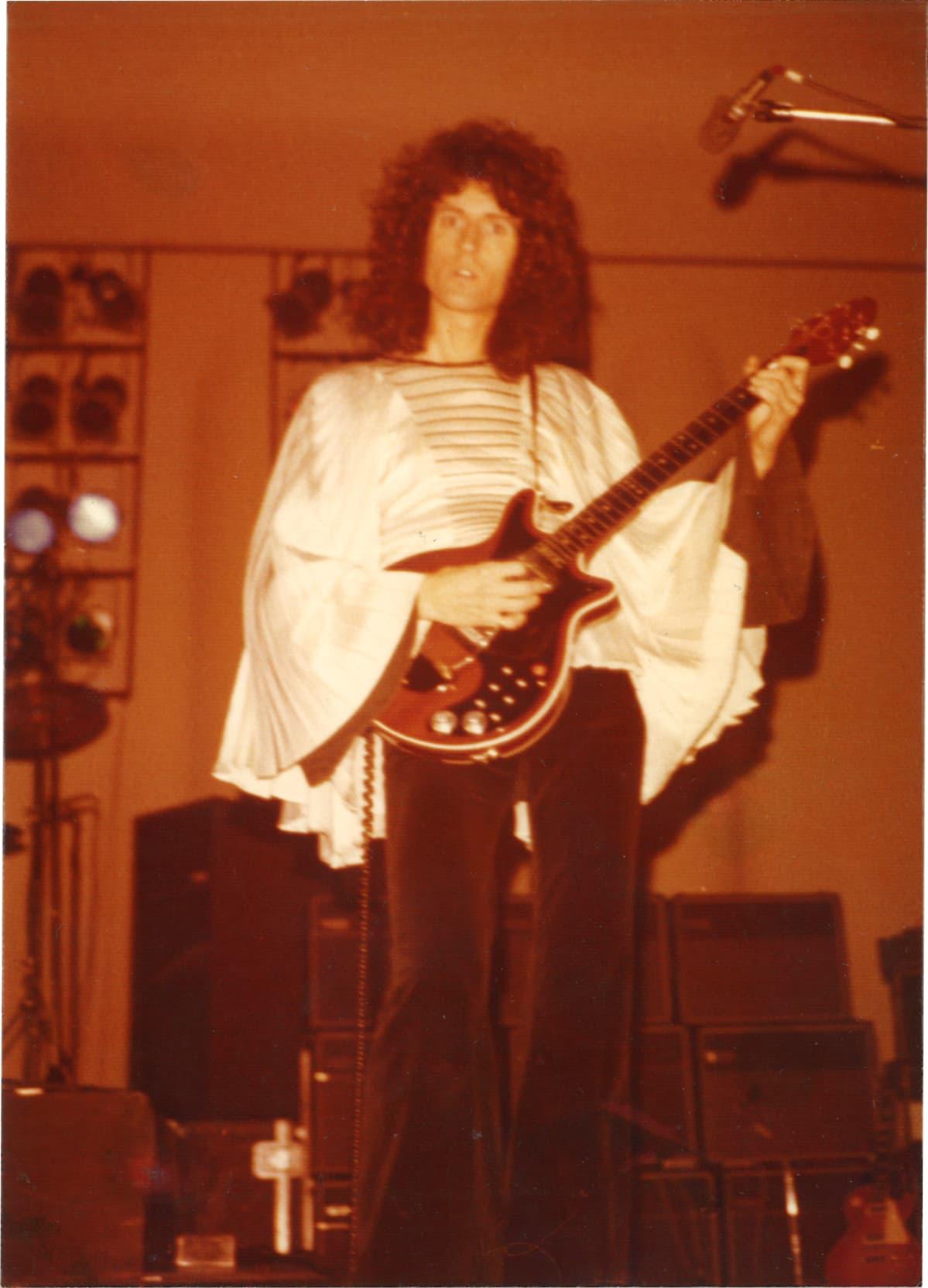 Brian May soittamassa kitaraa Kulttuuritalolla.