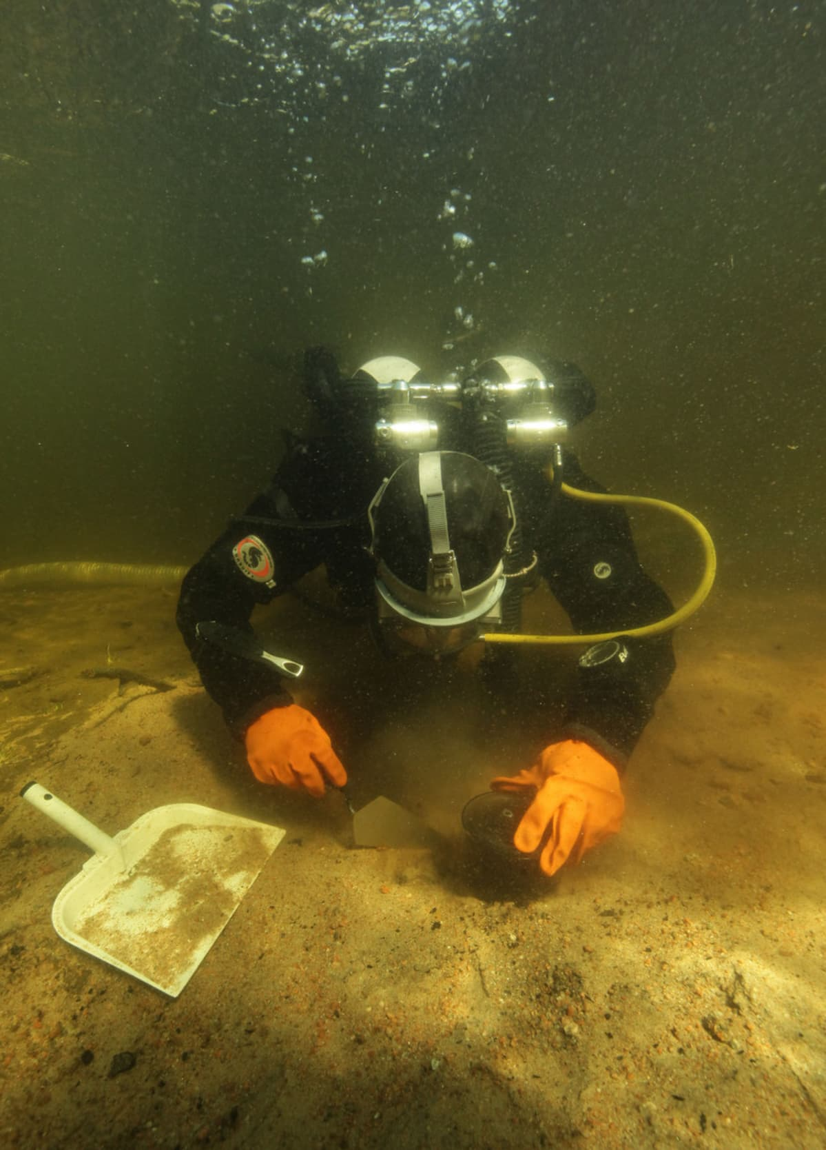 Sukeljata tutkii veden pohjaa