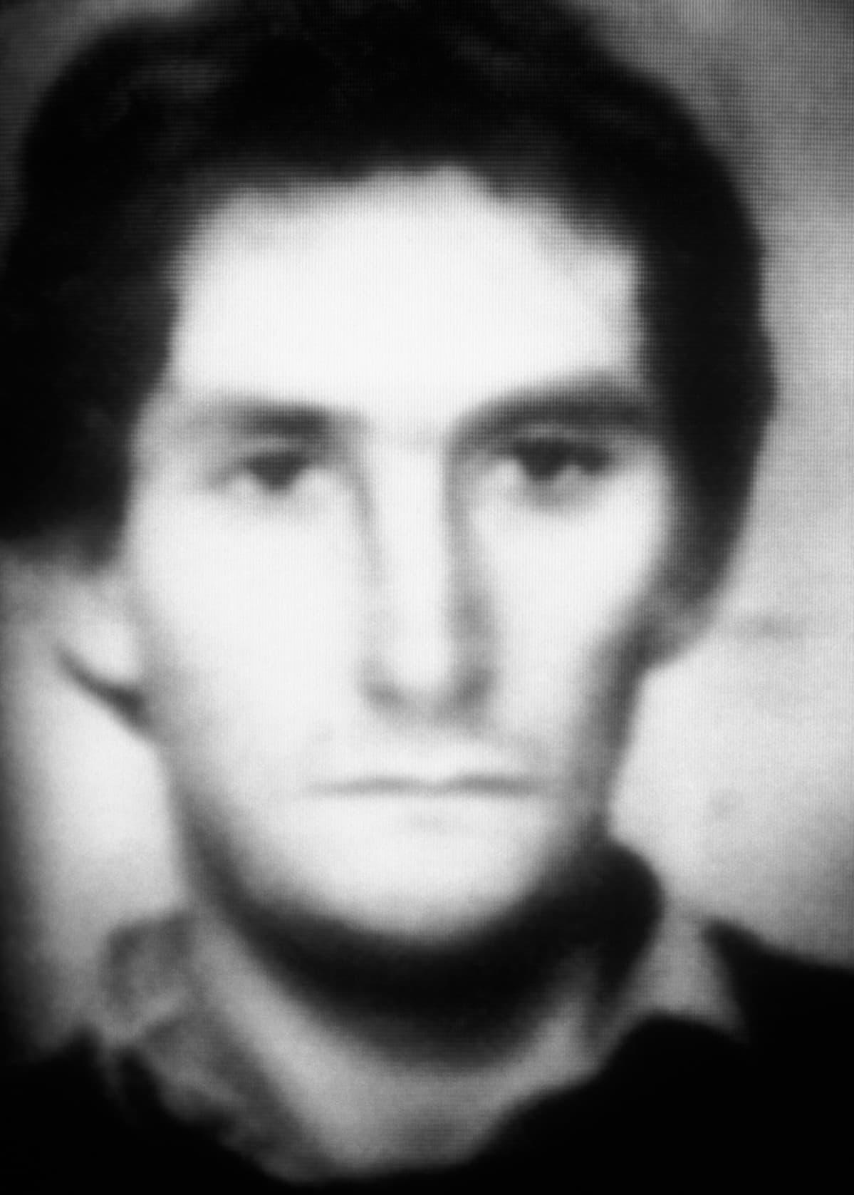 Tietokoneella työstetty havainnekuva murhaajan kasvoista.
