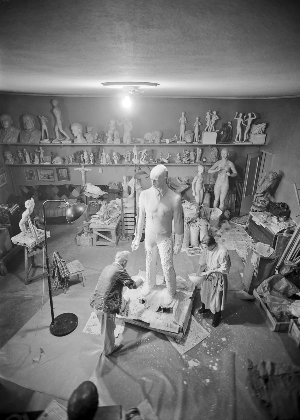 Viktor Jansson (Faffan) ateljeessaan Lallukassa, 1951