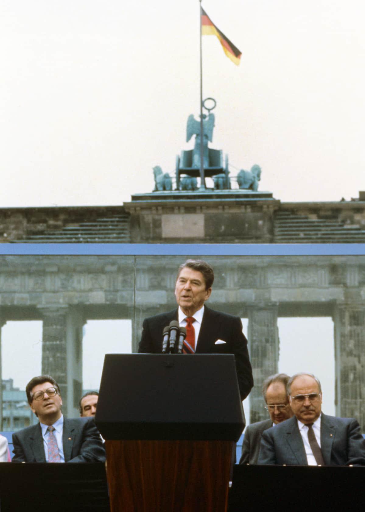 Yhdysvaltain presidentti Ronald Reagan puhumassa Berliinin muurilla Länsi-Berliinissä.