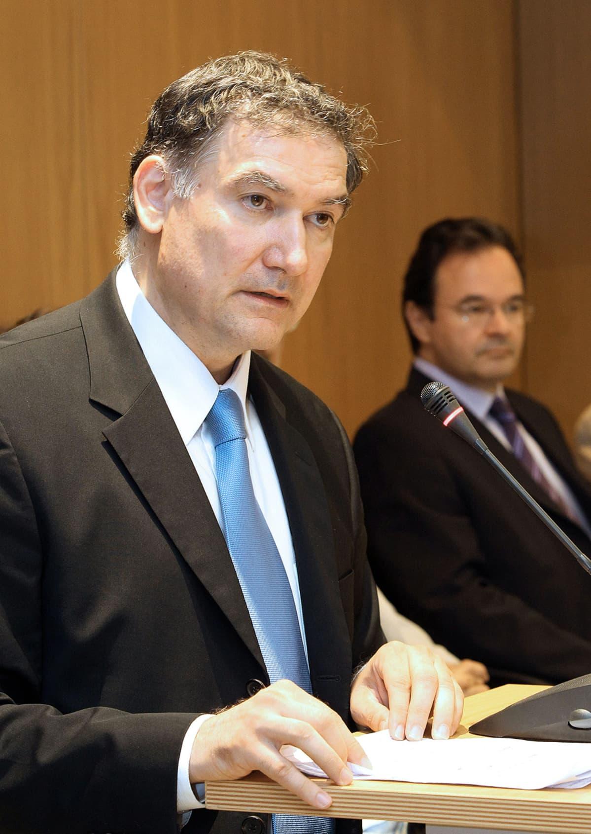 Kreikan tilastokeskuksen johtaja Andreas Georgiou puhuu toimittajille lehdistötilaisuudessa.