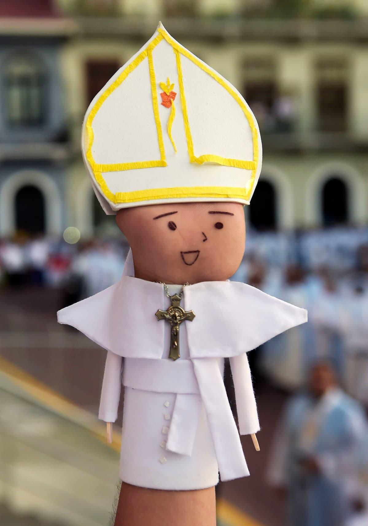 Paavi-käsi.