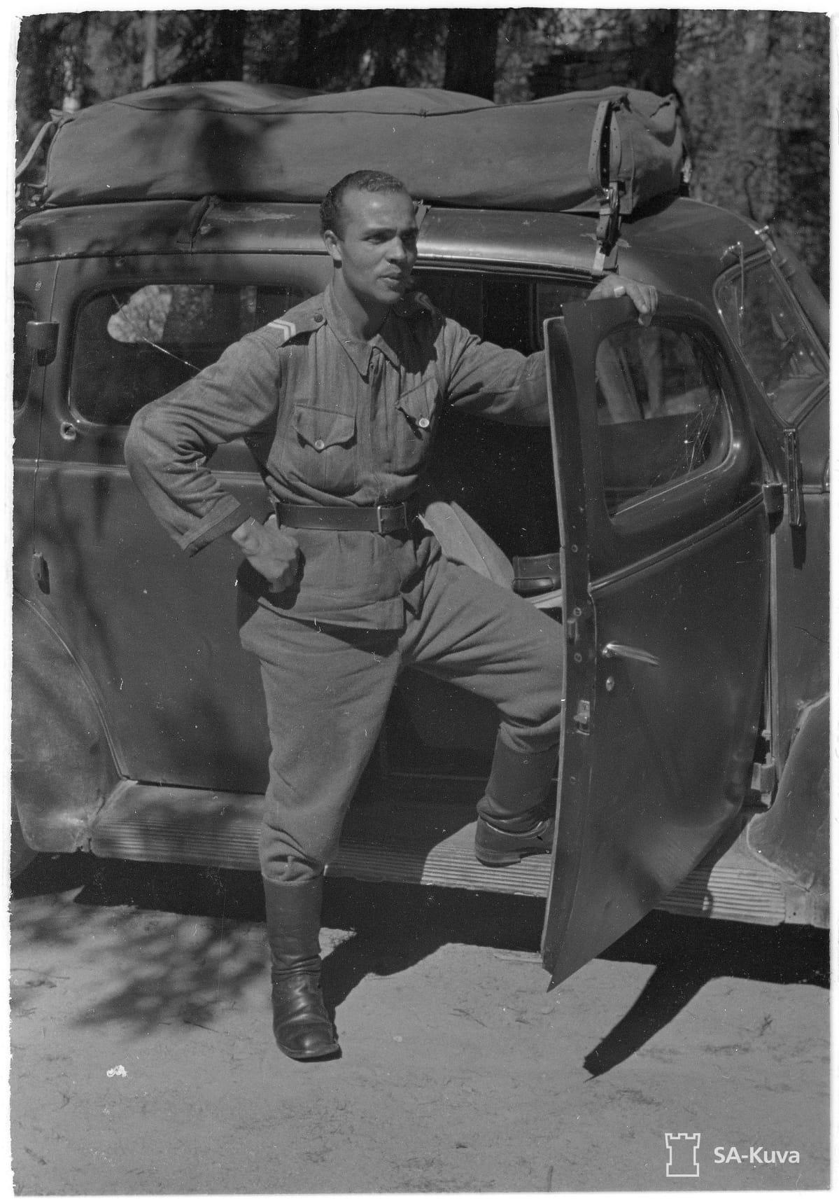 Holger Sonntag ajoneuvon edessä vanhassa valokuvassa.