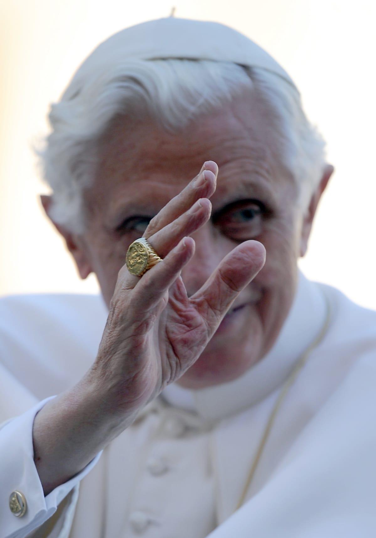 Paavi sormus sormessaan