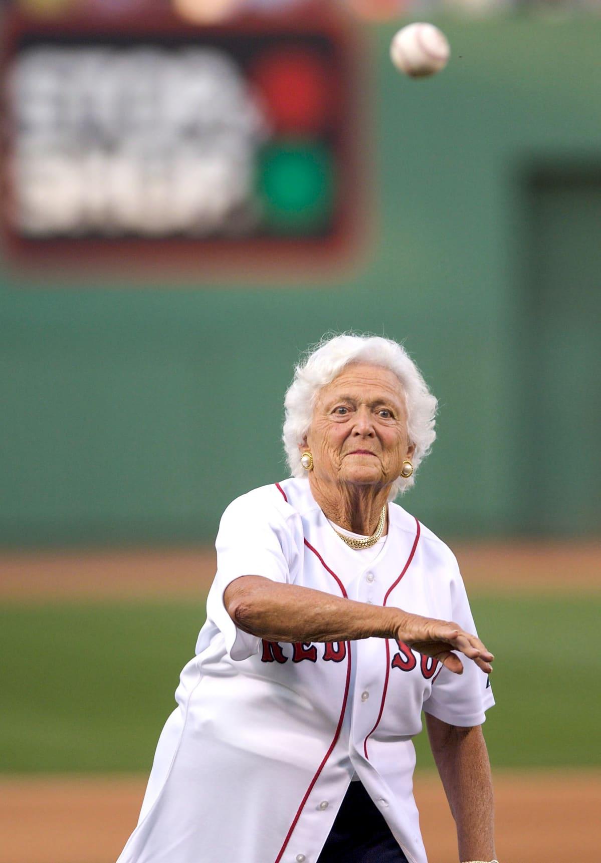 Barbara Bush heittää palloa