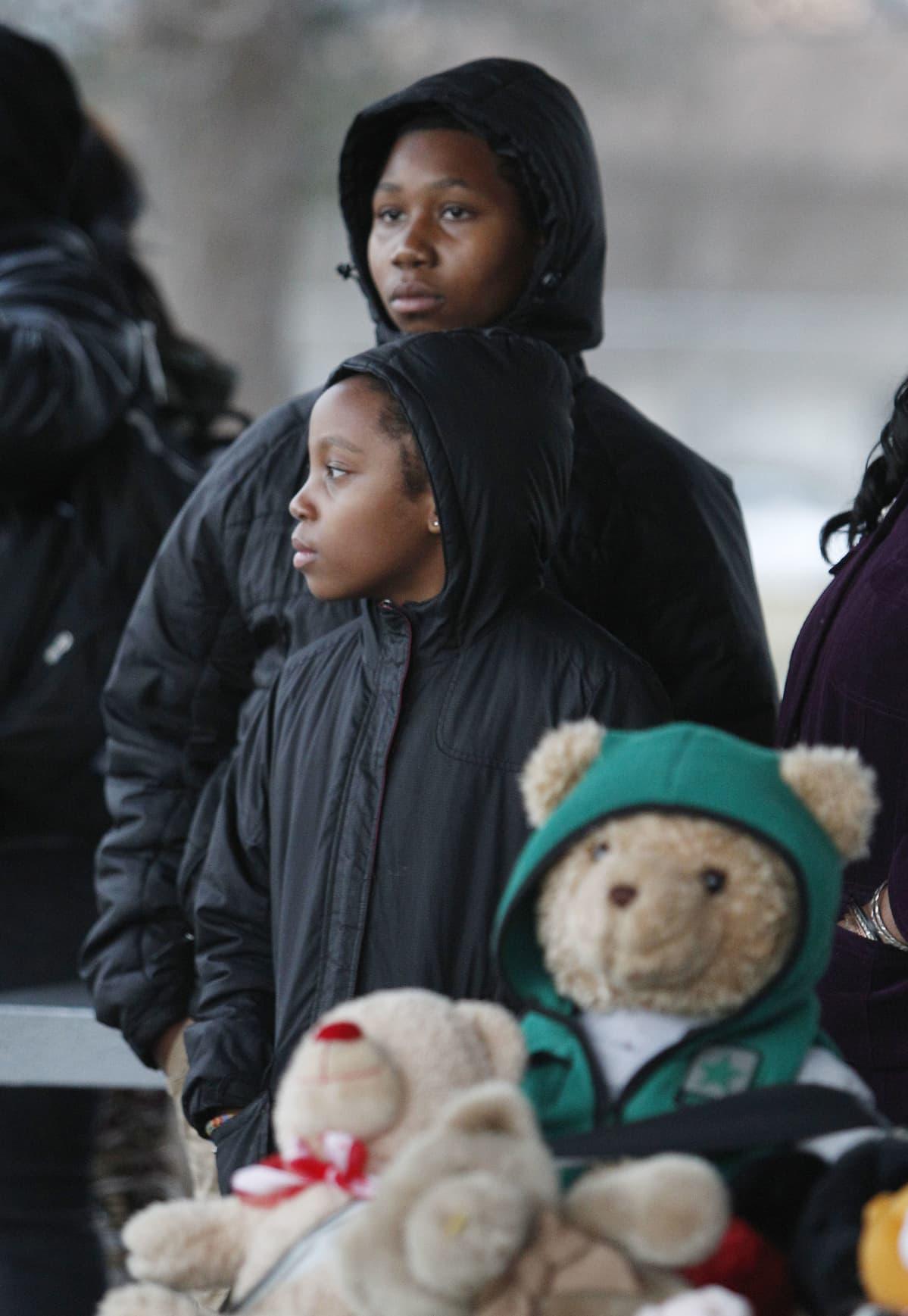 10-vuotias Maurice McAdams-Sledge ja hänen veljensä Isis McAdams-Sledge seisovat pehmolelukokoelman takana mielenosoituksessa, joka järjestettiin 12-vuotiaan Tamir Ricen surman kunniaksi Clevelandissa Ohiossa 24.11.2014.