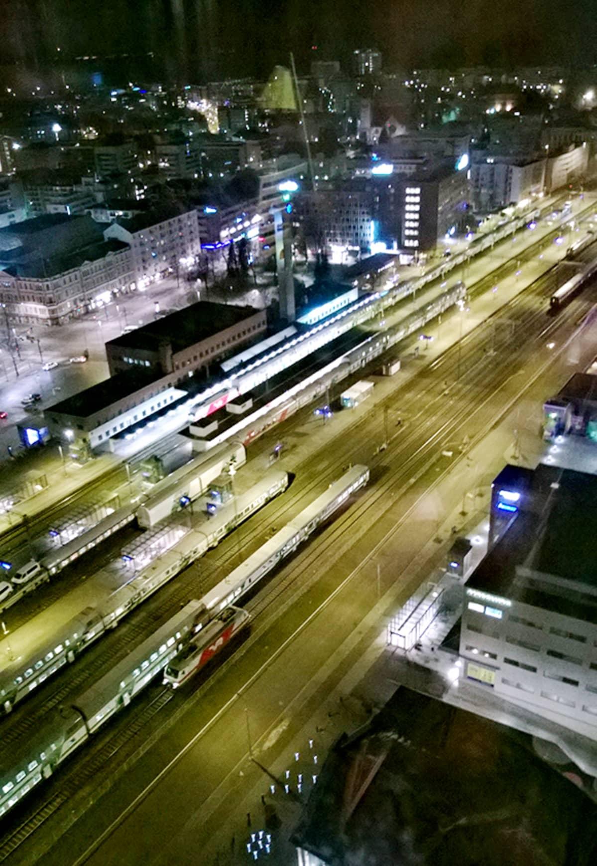 Tampereen uuden tornihotellin kattoterassilta avautuu avara näkymä Tampereen keskustaan. VR:n ratapiha on hotellin vieressä.