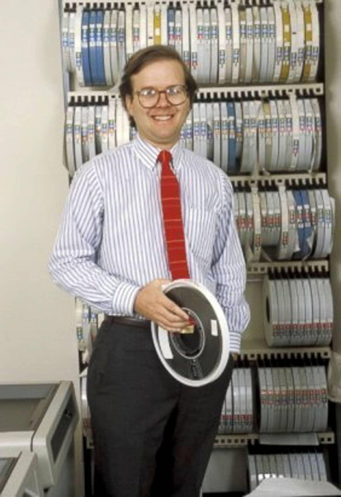 Nuori Karl Rove kädessään magneettinauhoja.