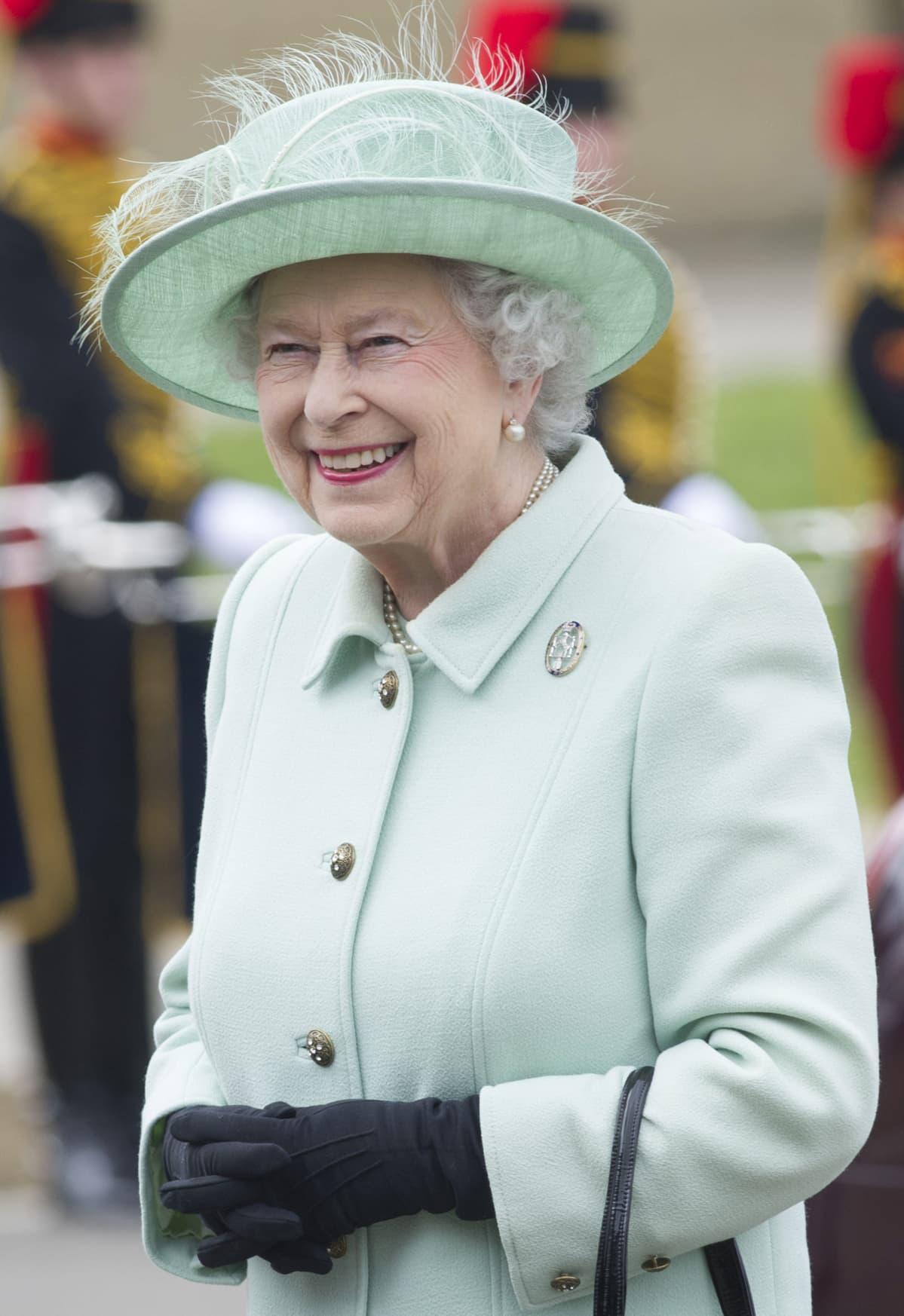 Englannin kuningatar Elisabet II kuvattuna Lontoossa vieraillessaan armeijan seremoniaalisen yksikön tukikohdassa Woolwichissä 31. toukokuuta 2013.