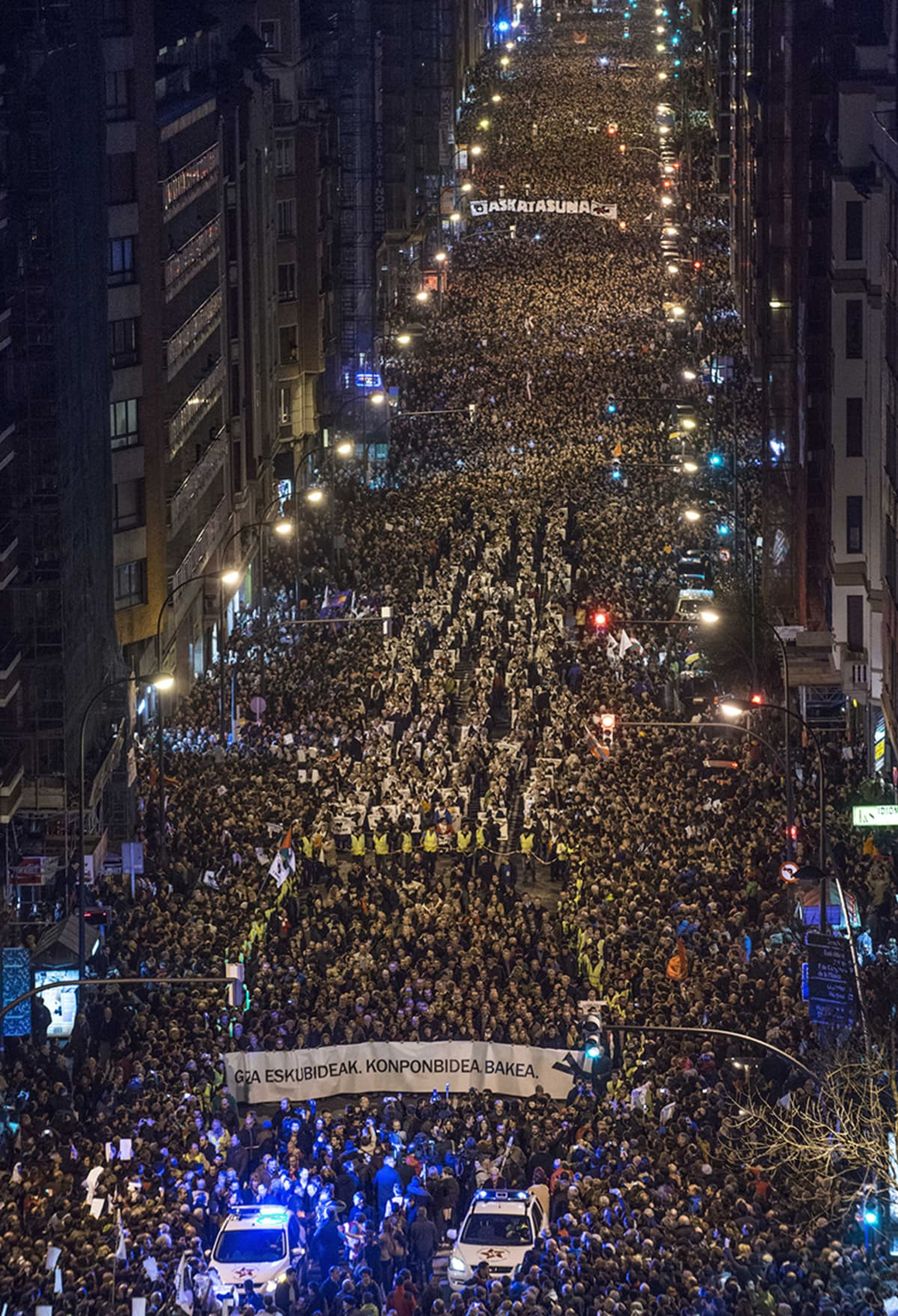 Tuhansien ihmisten mielenosoitusmarssi.