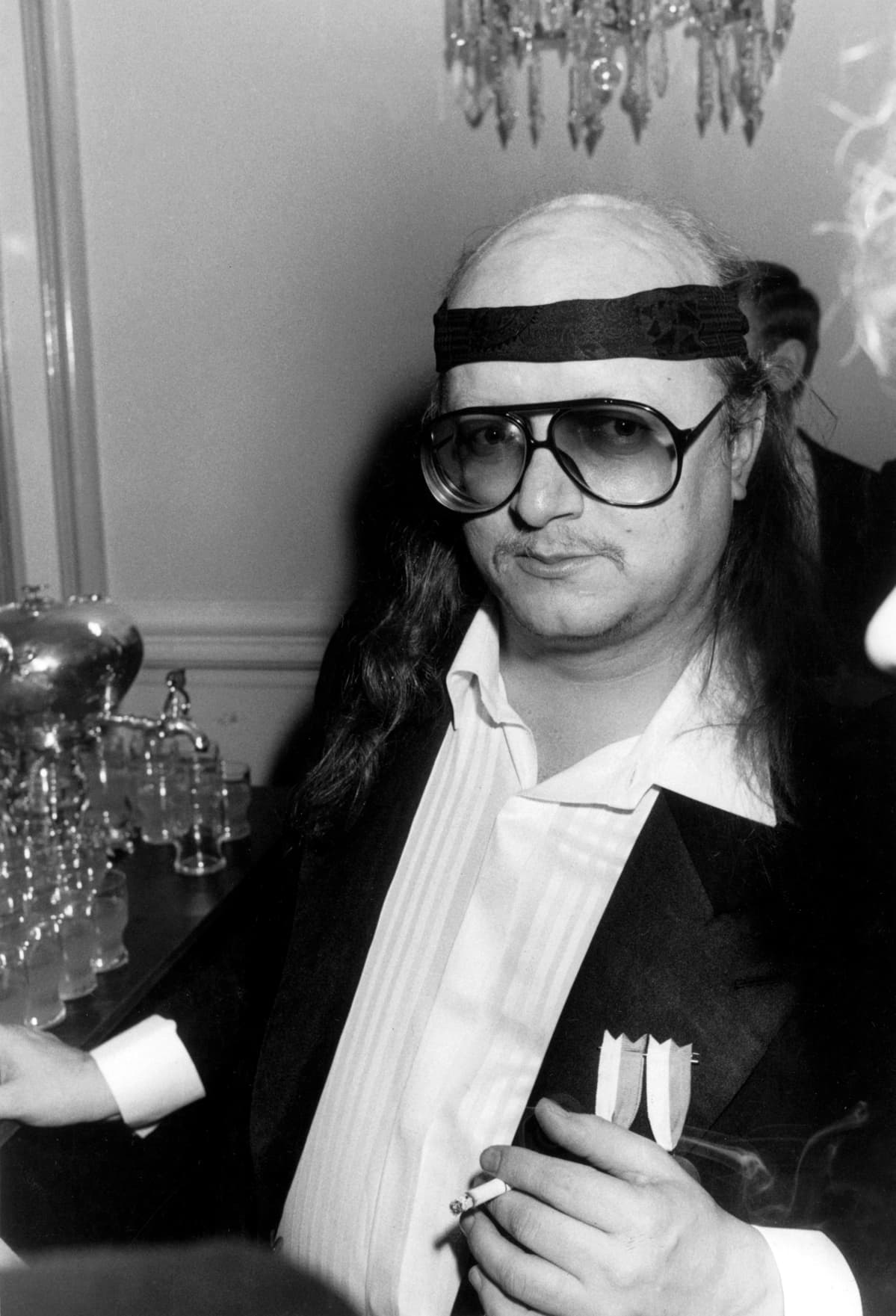Juice Leskinen venytti etikettiä vuoden 1986 juhlissa sitomalla kravatin hikipannaksi otsalle.