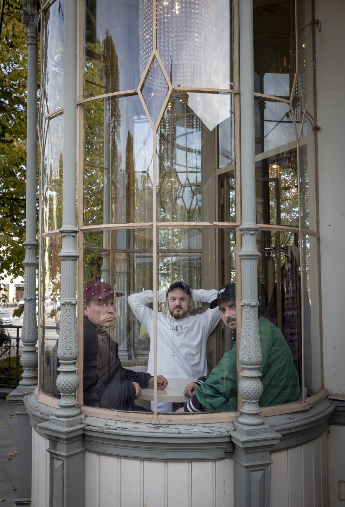 Teflon Brothers Ravintola Kappelin erkkerissä.