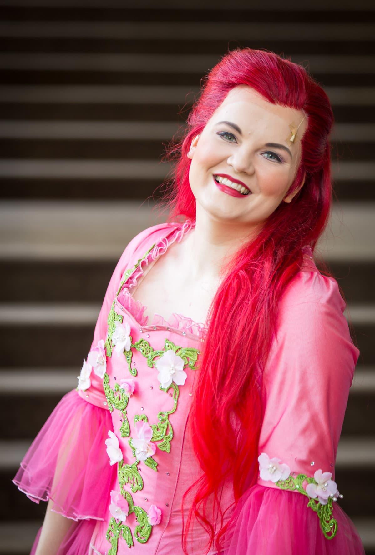 Arielin esittäjä Sonja Pajunoja Kaupunginteatterin lämpiössä.