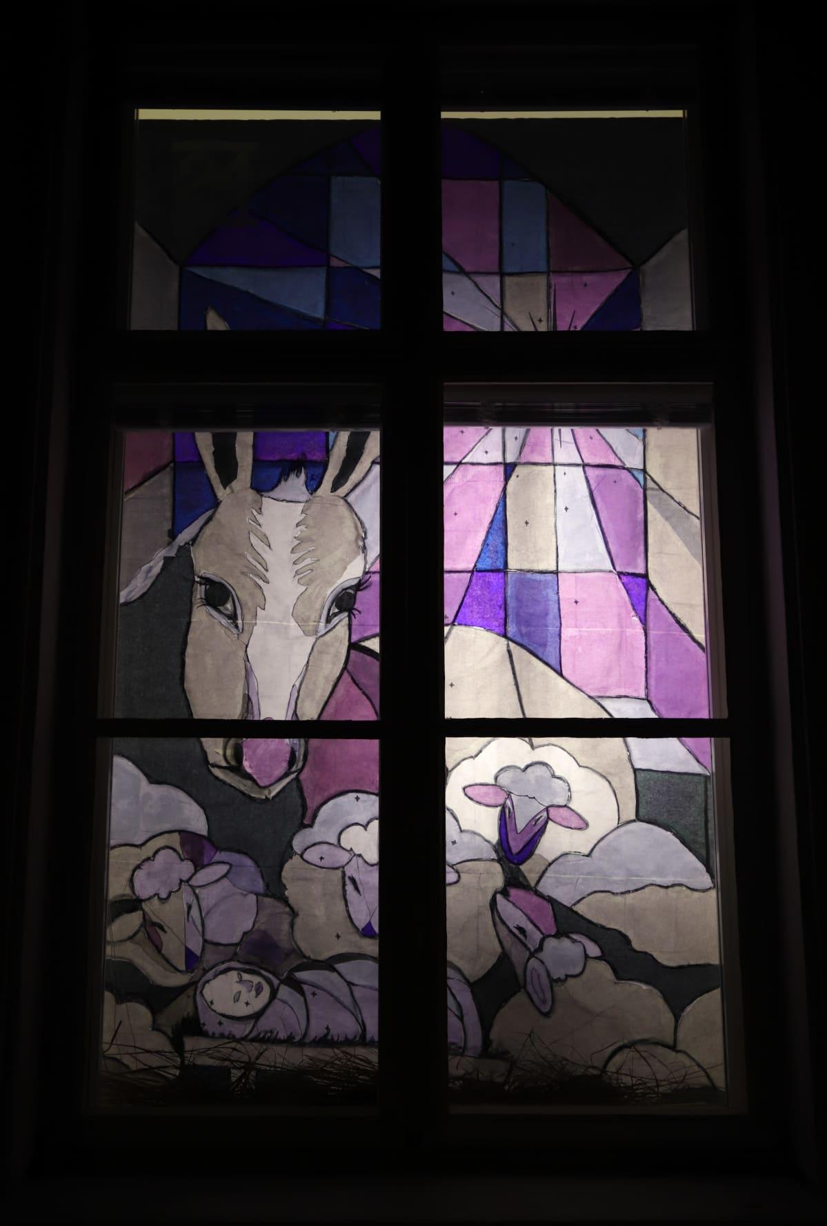 seimi ja lampaita piirustuksessa ikkunassa
