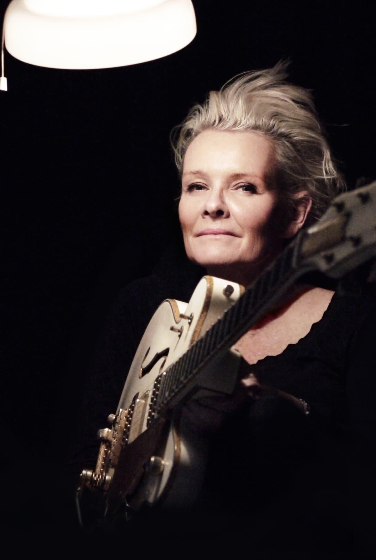 Eva Dahgren ja kitara