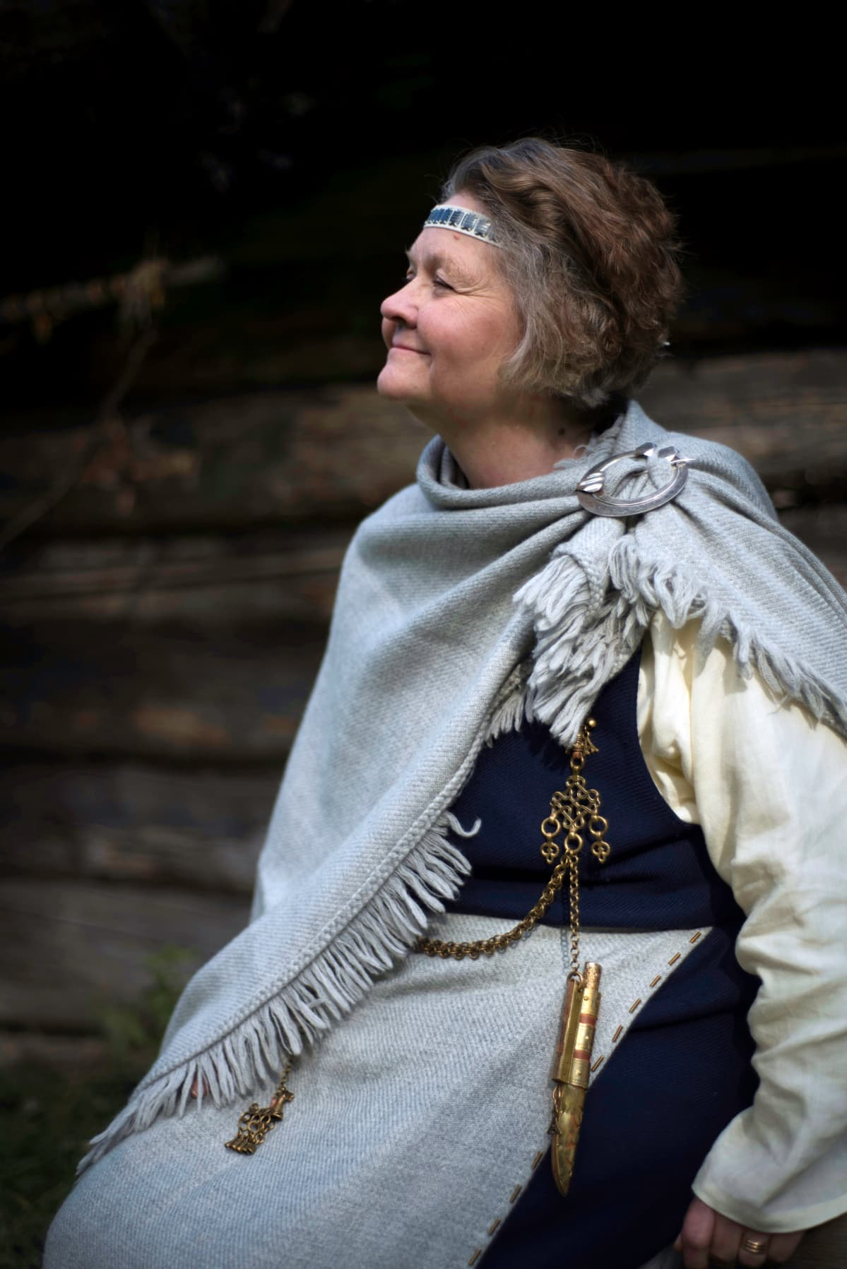 vanhempi nainen Tuukkalan muinaispuvussa
