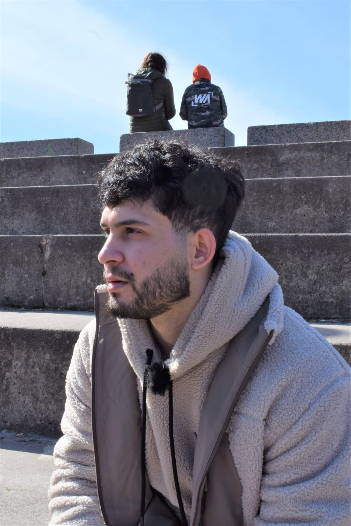 – Olen toiveikas, että saan töitä. Täytyy vain oppia suomen kieltä lisää. Rekaut Aziz, 22, on asiakkaana työllisyyskokeilussa Helsingissä.