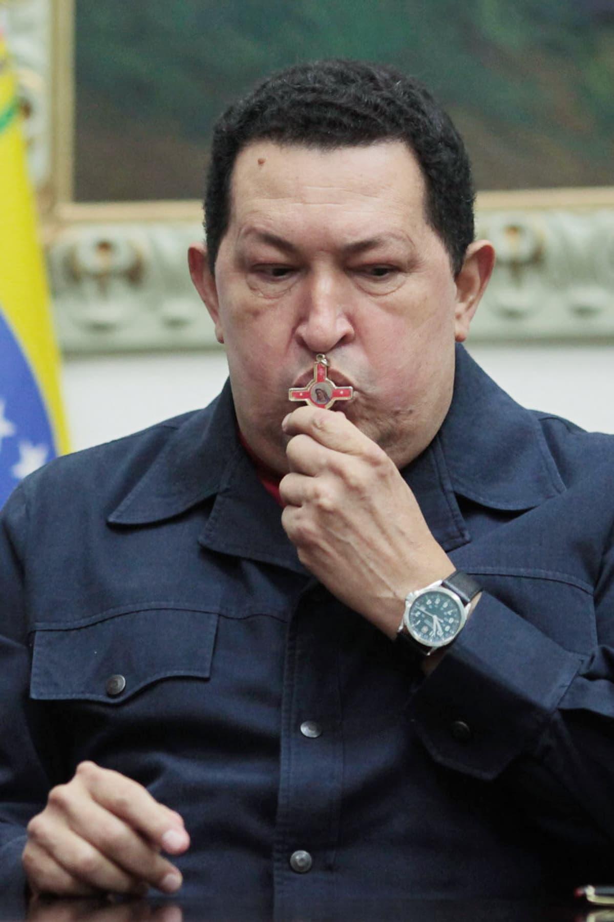 Chavez suutelee ristiä.