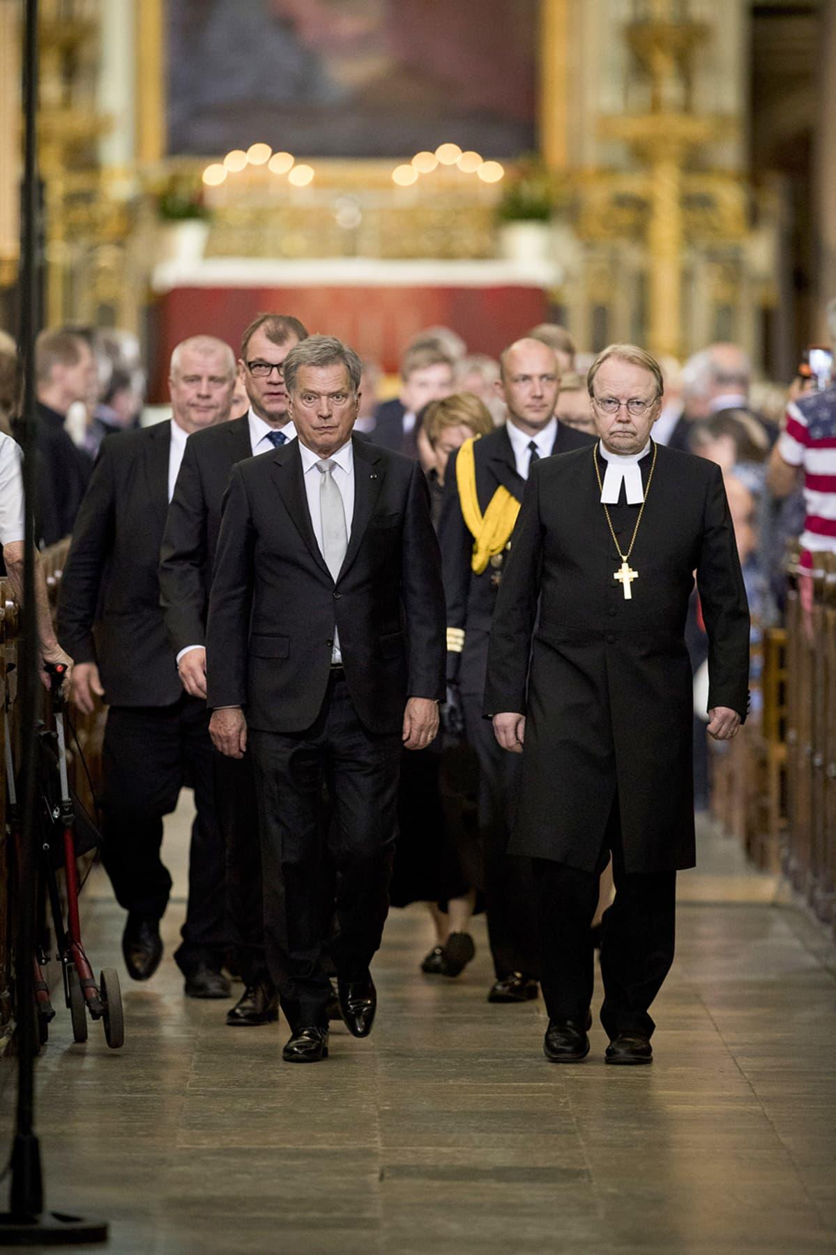 Arkkipiispa Kari Mäkinen johti muistohetkeä Turun tuomiokirkossa 20. toukokuuta