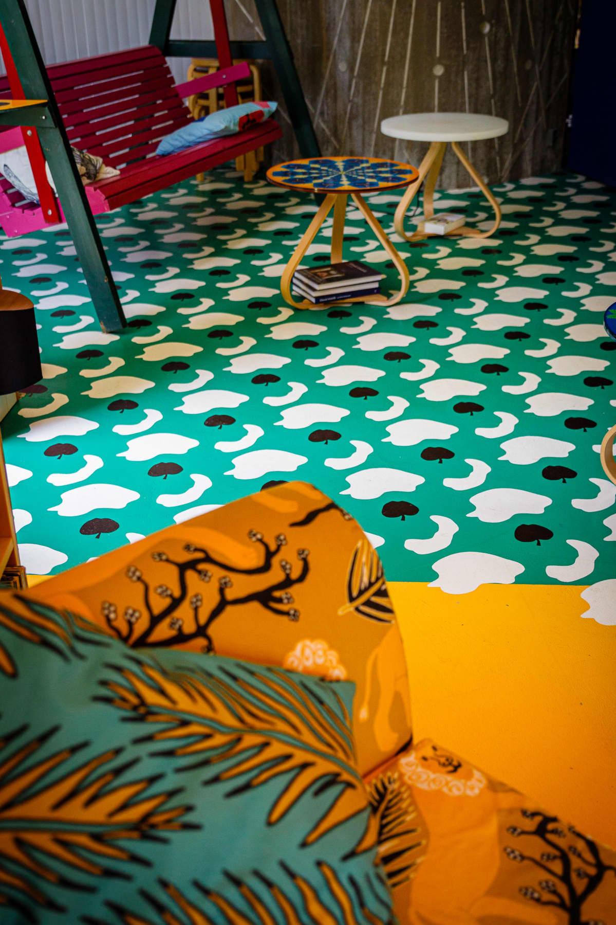 Värikäs kuviollinen lattia ja sisustus Lehtitalossa