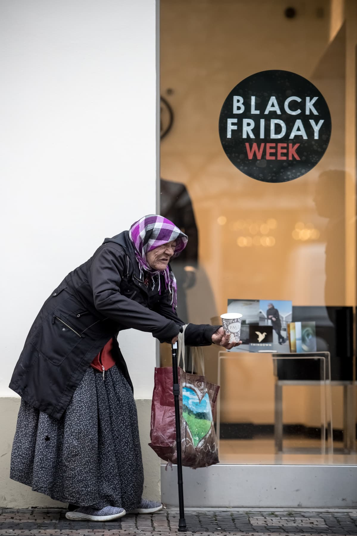 Nainen kerjäämässä Prahassa, Tšekissä perjantaina 29. marraskuuta