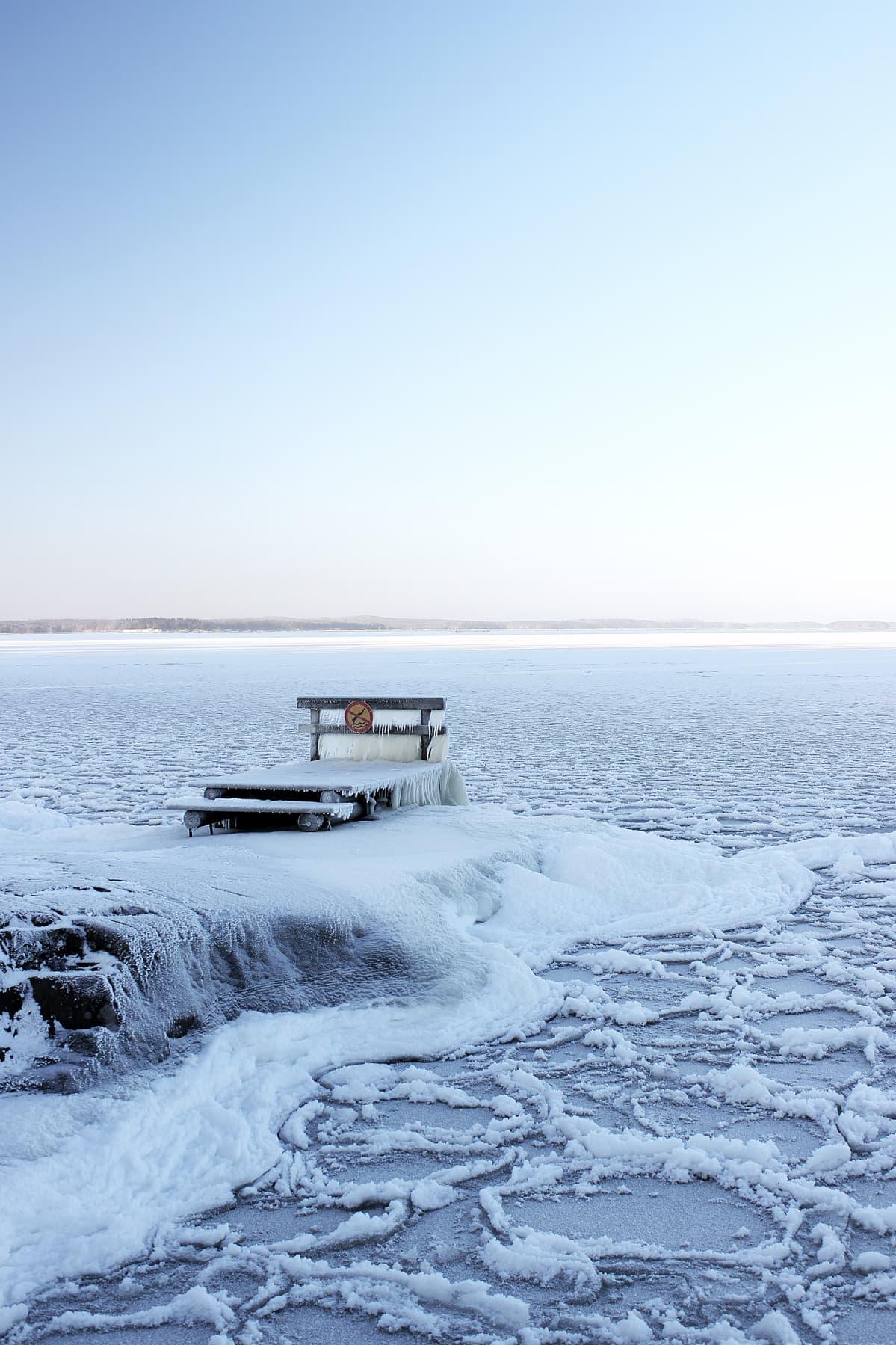 Jäätynyt Näsijärvi ja laituri