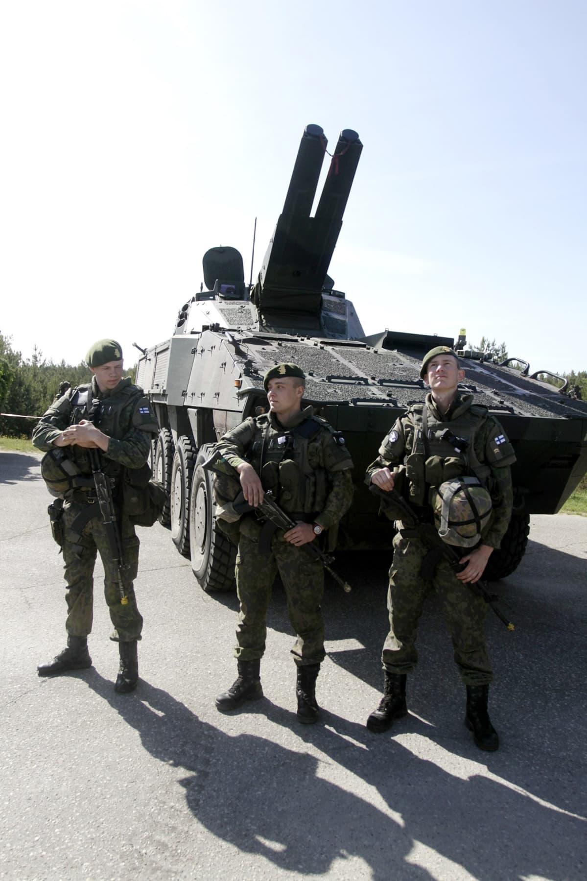 sotilaita ajoneuvon edessä