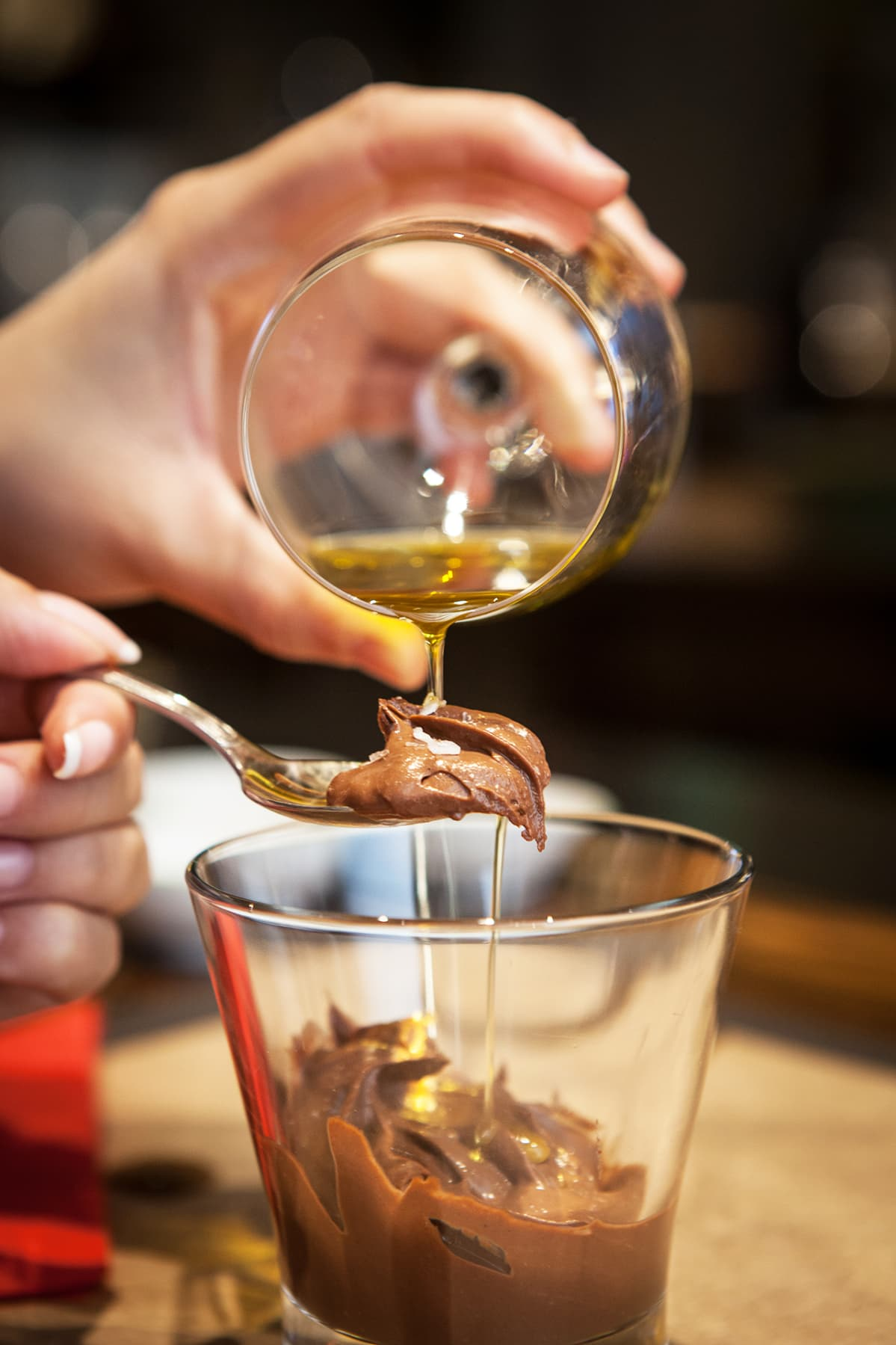 Öljyä suklaajäätelön päällä.