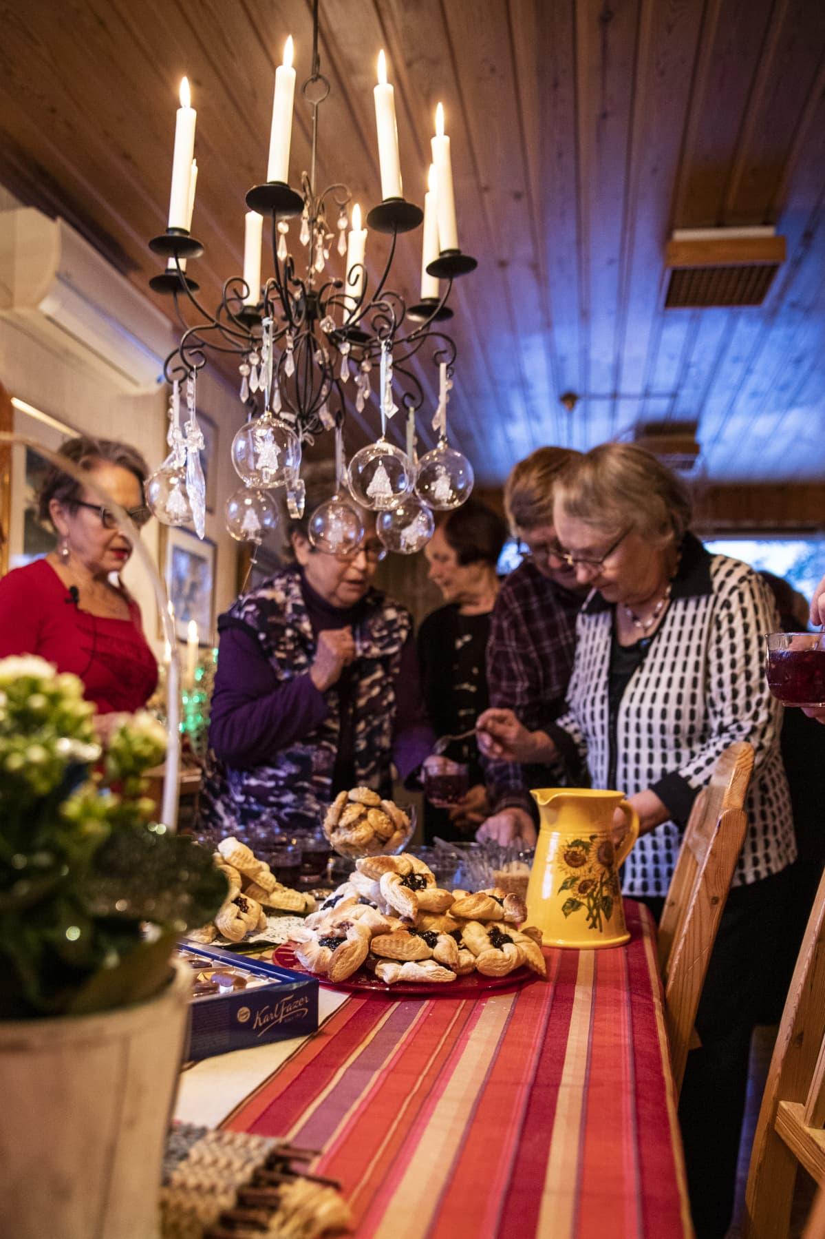 Leena Kaijansinkko viettämässä joulua ystäviensä kanssa.