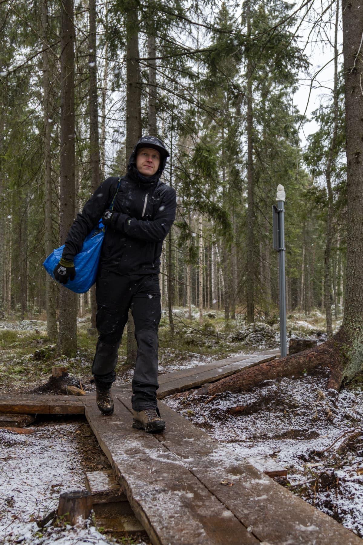 Vuoreksen asukasyhdistyksen Pyry Rinkinen viemässä haketta polulle