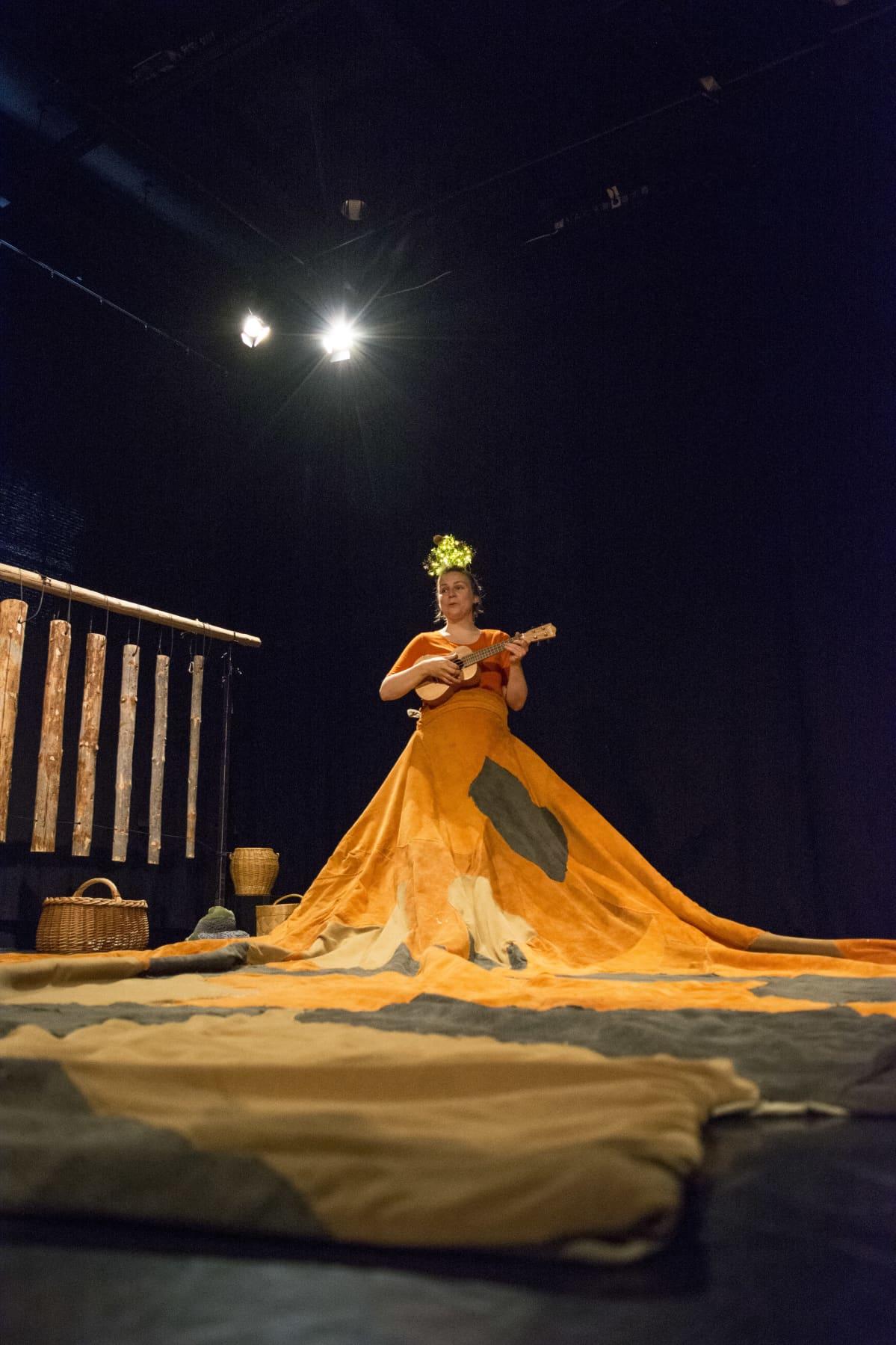 Karoliina Kuvaja näyttelee vauvatatteri-esityksessä.