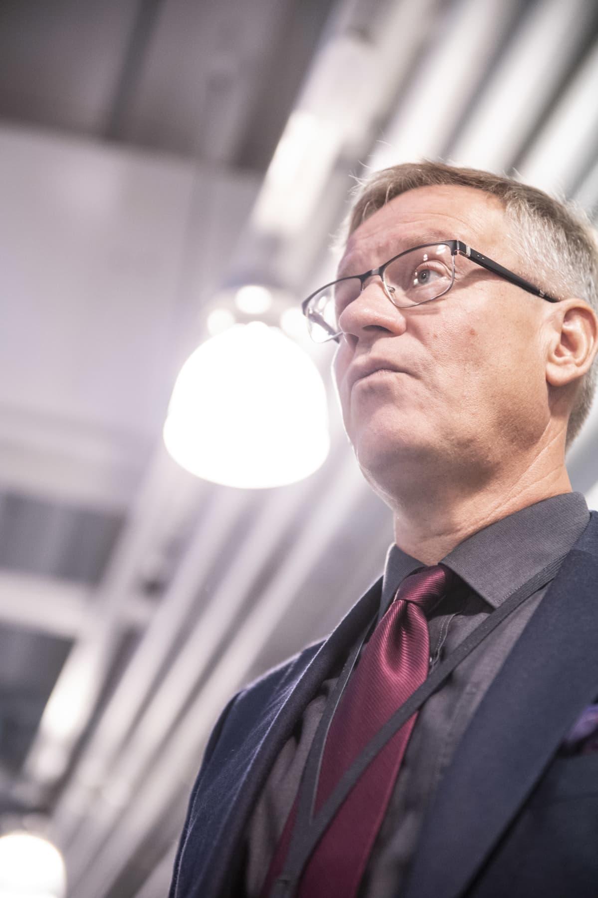 Savon koulutuskuntayhtymän johtaja Heikki Helve seisoo ja katsoo ylöspäin.