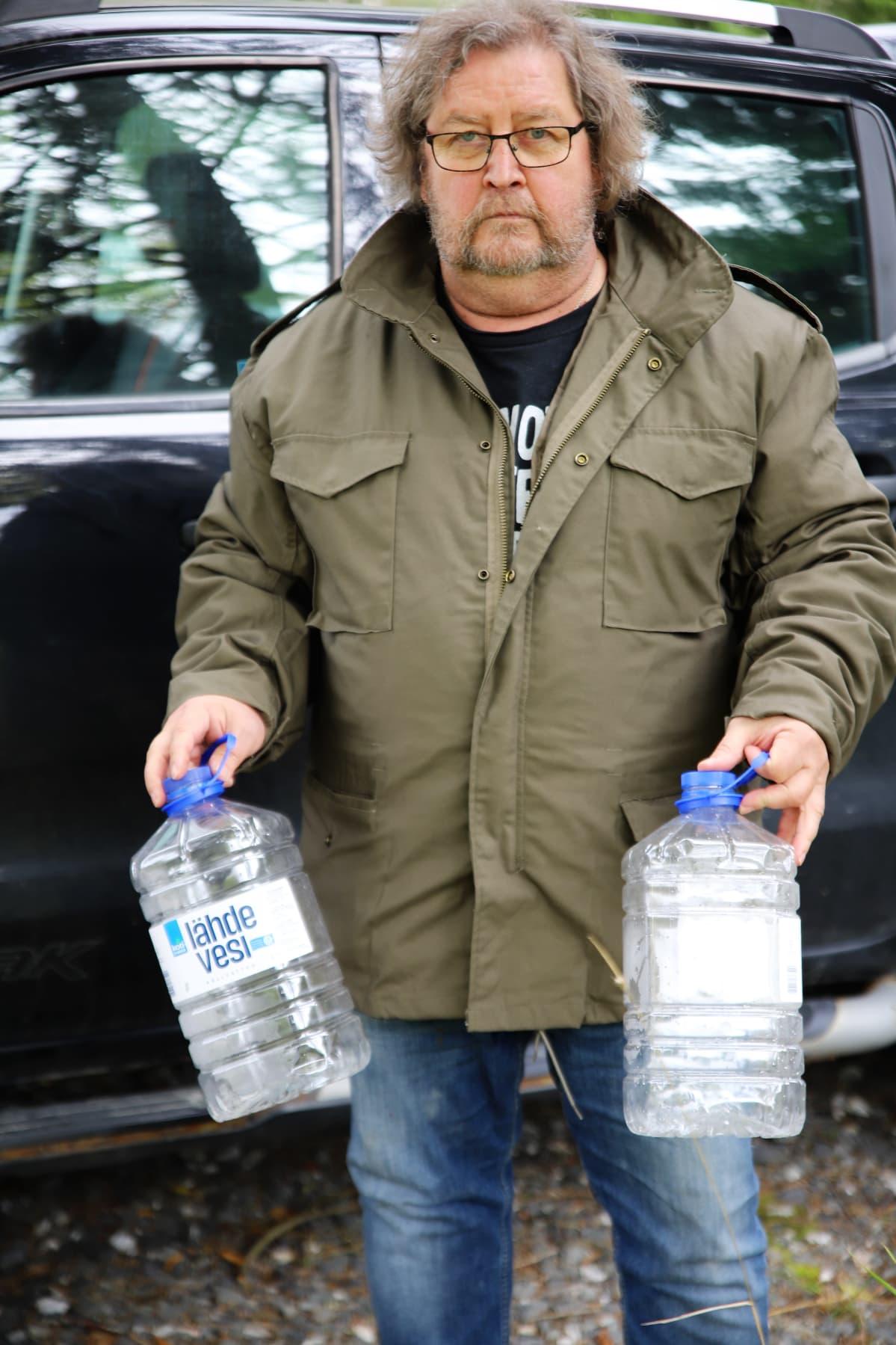 Kaj Vikström lähdössä hakemaan juomavettä