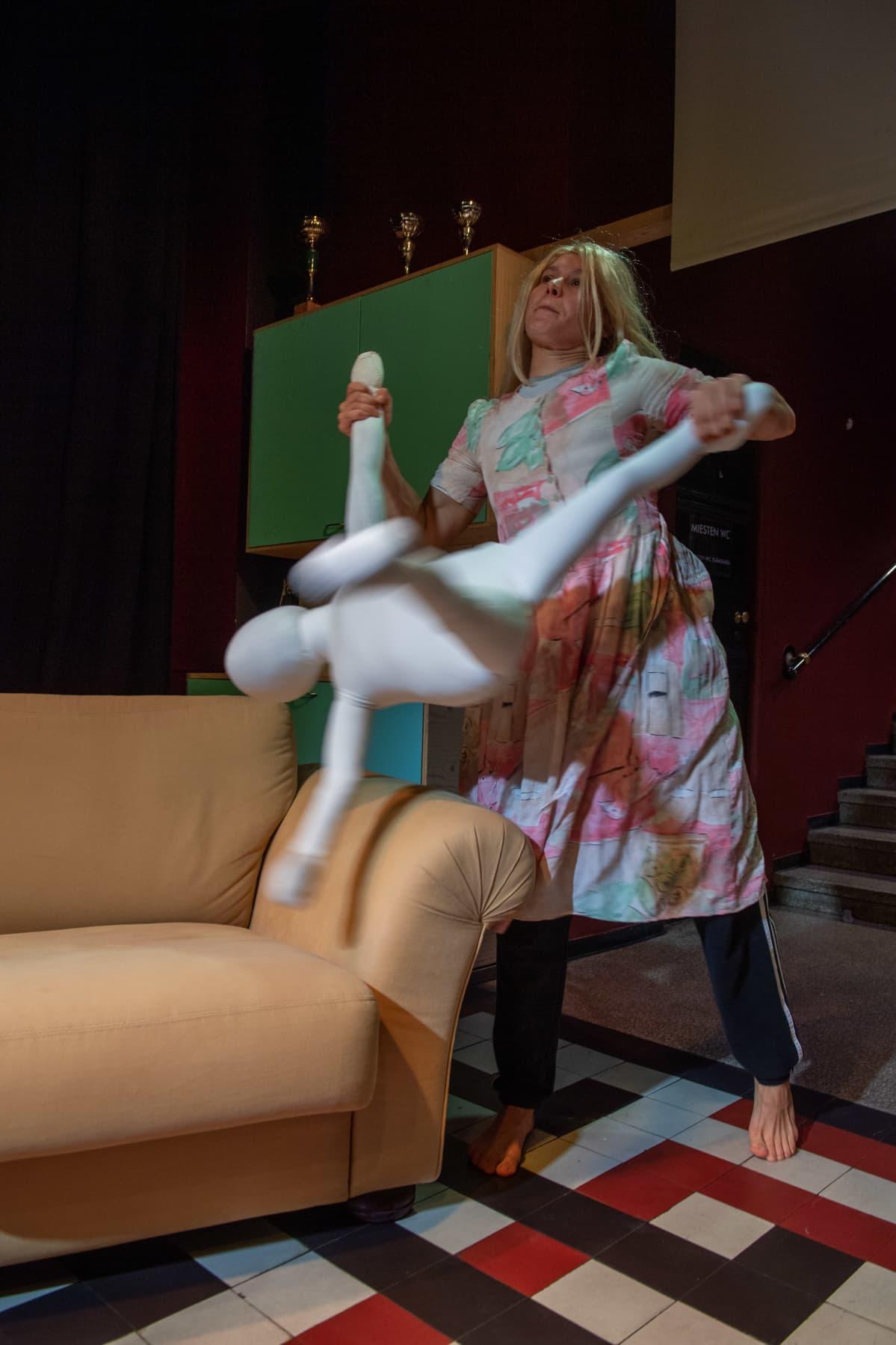 Ruusu ja Seidi Haarlan harjoituksessa Kom-teatterissa.