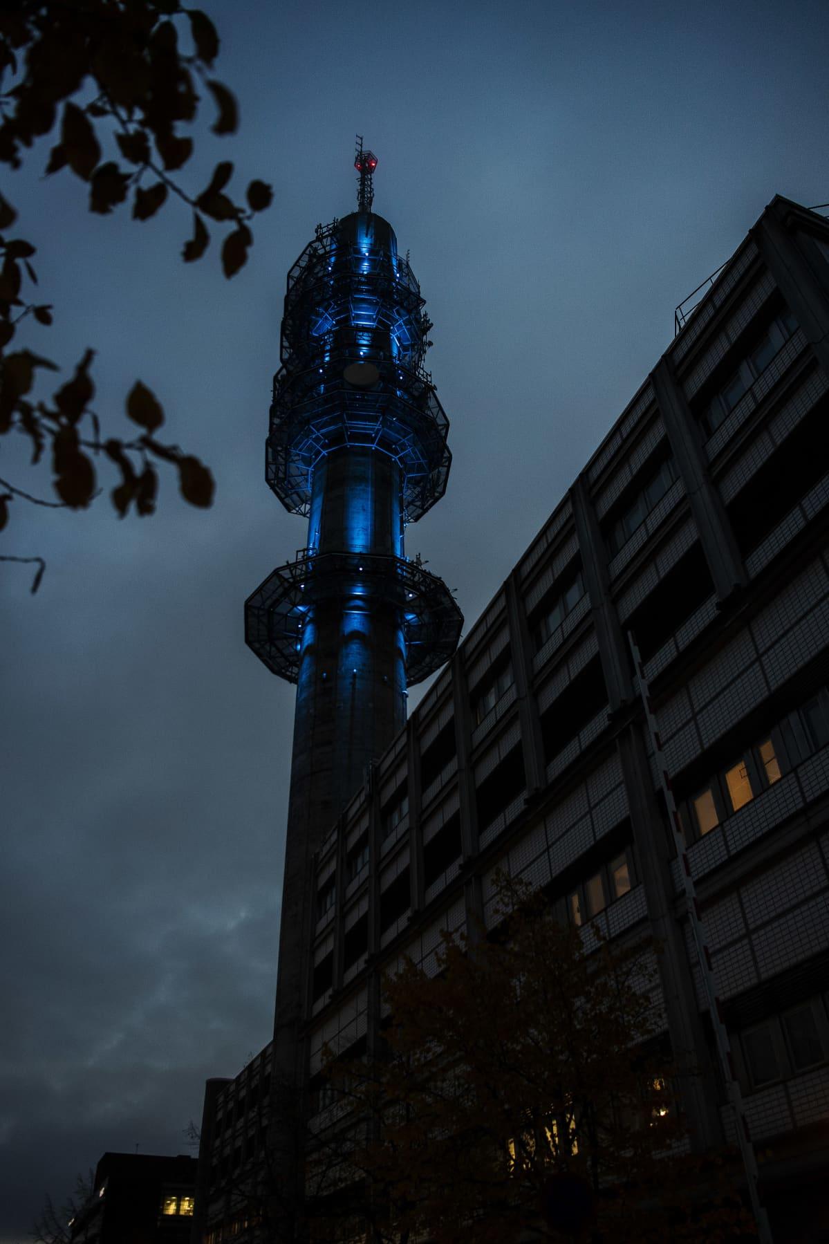 Kuvassa on aamun hämärässä kuvattu valaistu Pasilan linkkitorni 30. lokakuuta 2020.