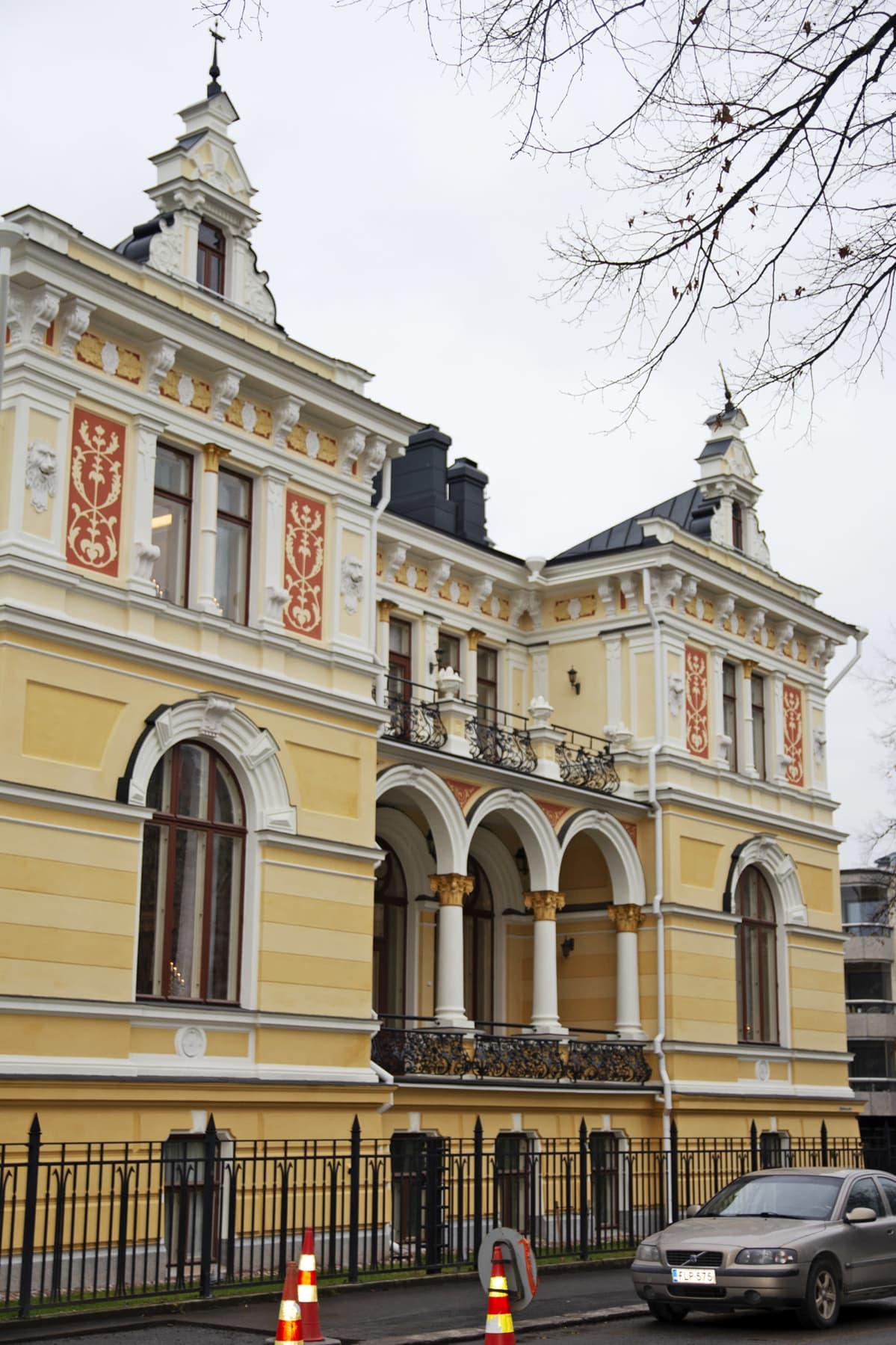 Pikkupalatsi Hämeenpuiston puolelta