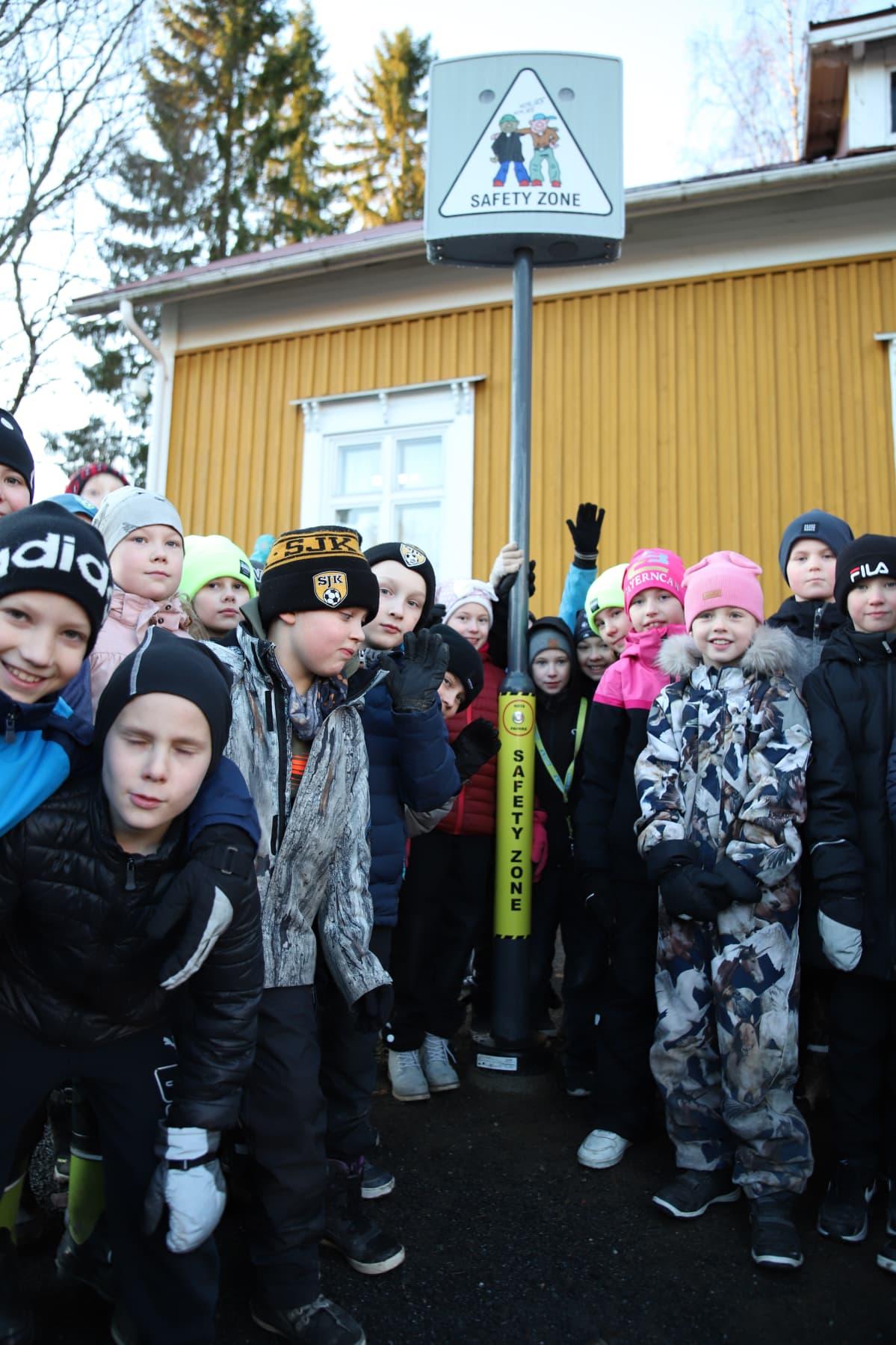 Kiusaamisvilkku ja Törnävän alakoulun lapsia Seinäjoella.