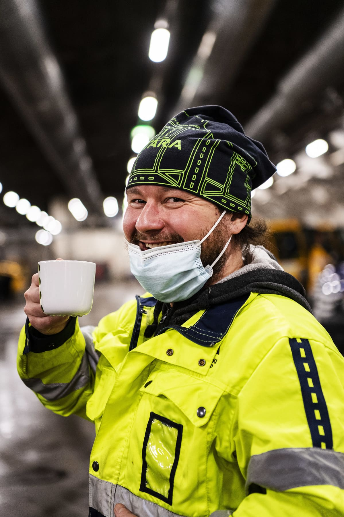 Tuomas Keinänen juo kahvia ennen lumitöiden alkua.