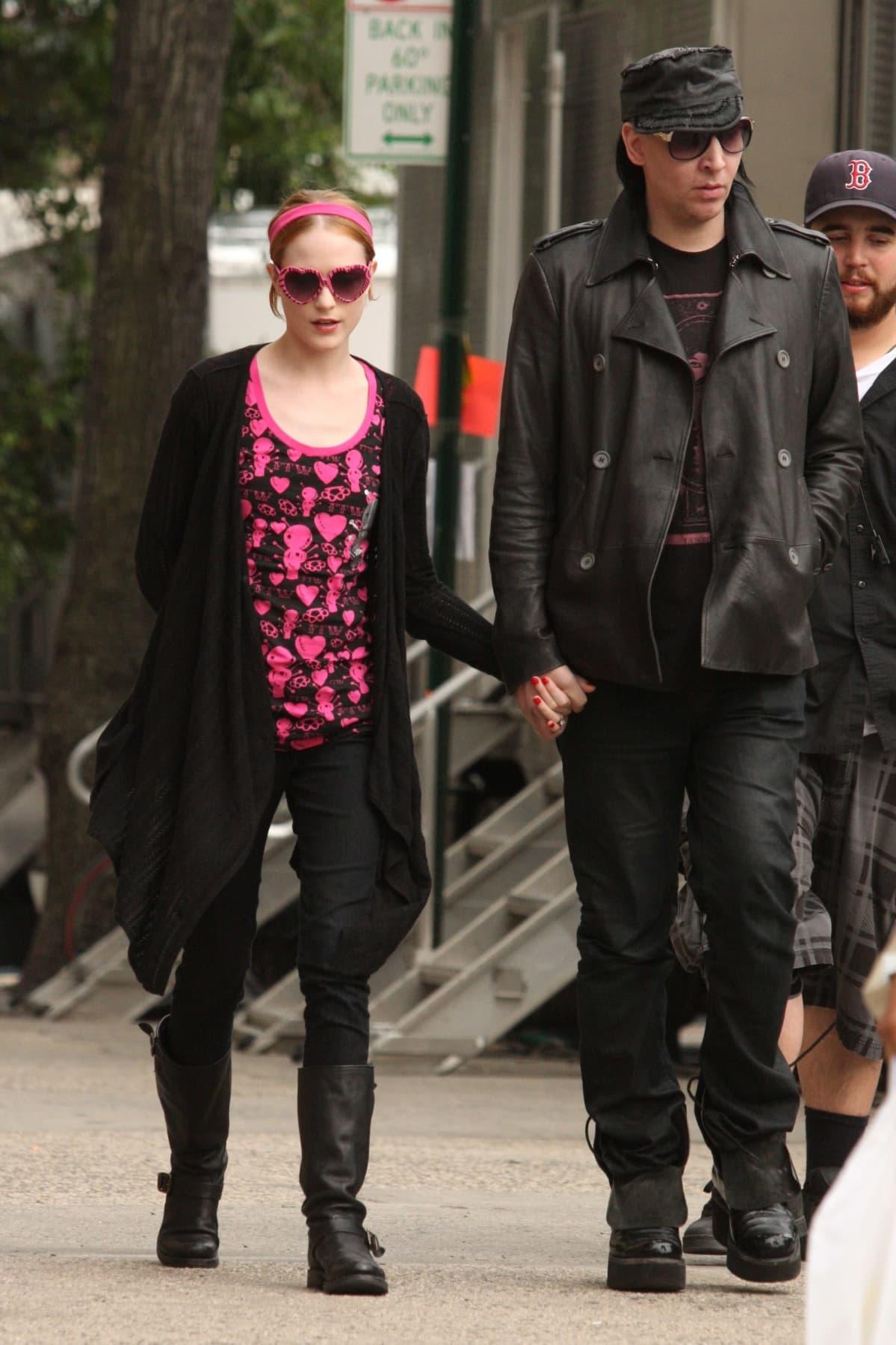 Evan Rachel Wood ja Marilyn Manson kävelyllä.