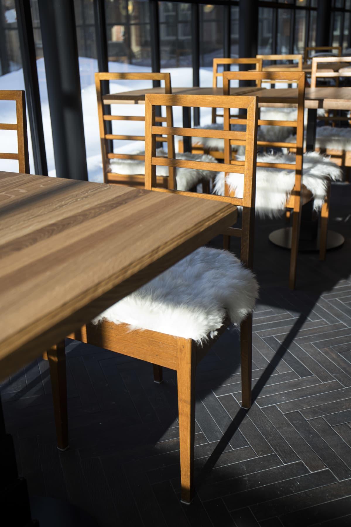 Scandic Grand Central Helsinki -hotellin aamiaishuoneen tuoli, joka on peräisin VR:n entisestä pääkonttorista.