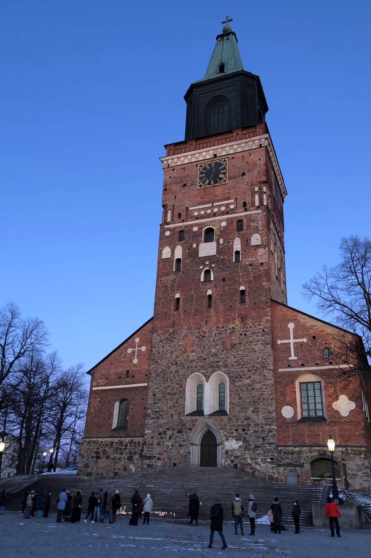 Turun tuomiokirkon edessä sytytettiin kynttilöitä 5.3.2021