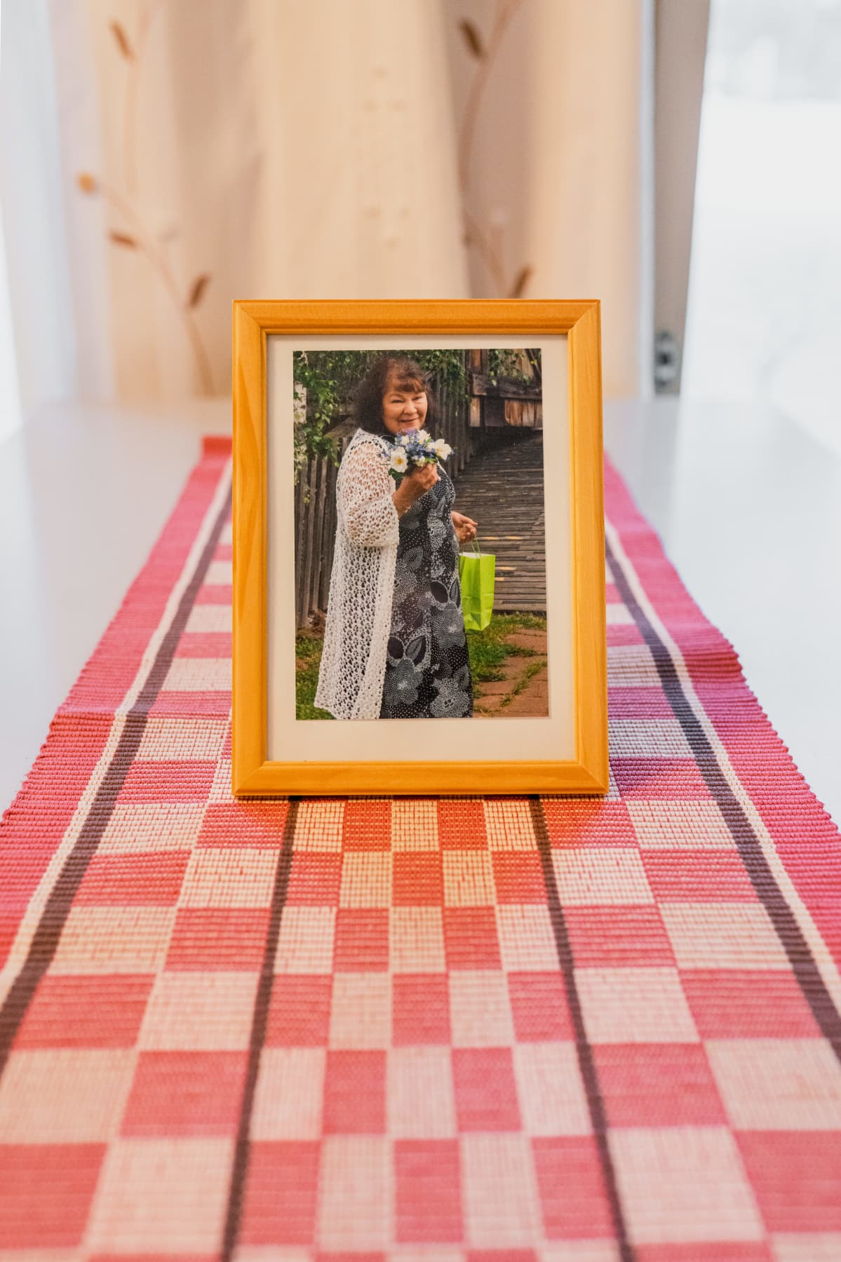 Henkirikoksen uhrin kuva pöydällä